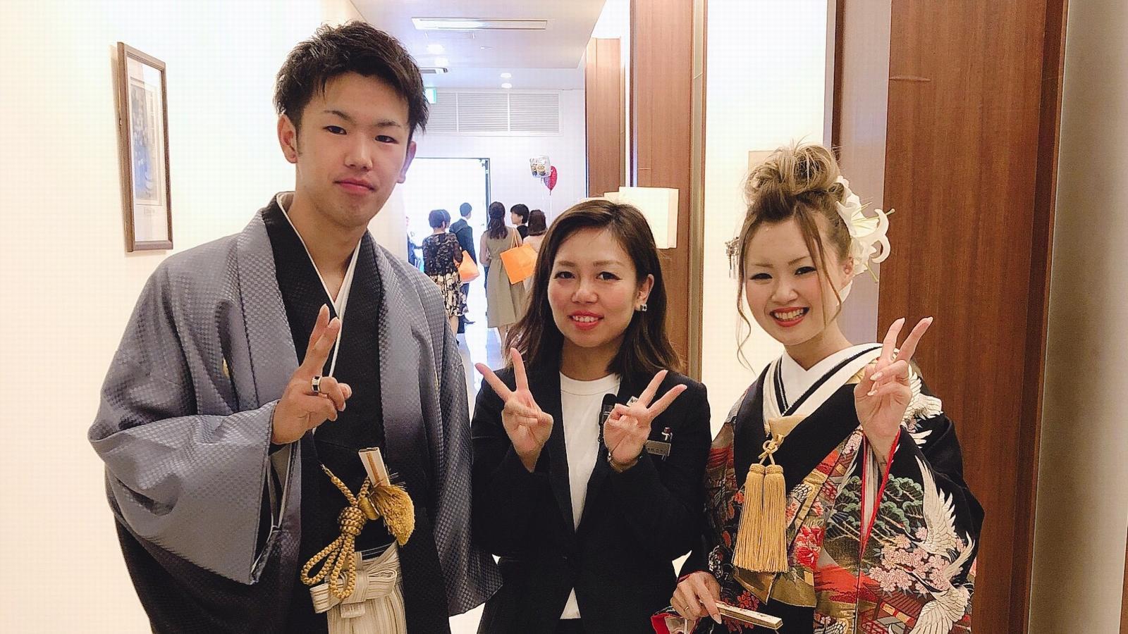 徳島市の結婚式場ブランアンジュで新郎新婦様と担当プランナーとの幸せショット
