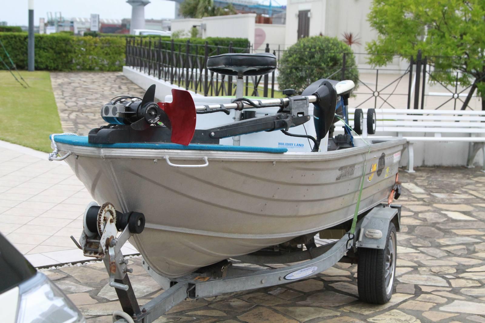 徳島市の結婚式場ブランアンジュのセレモニーガーデンに飾られた新郎様の釣り船
