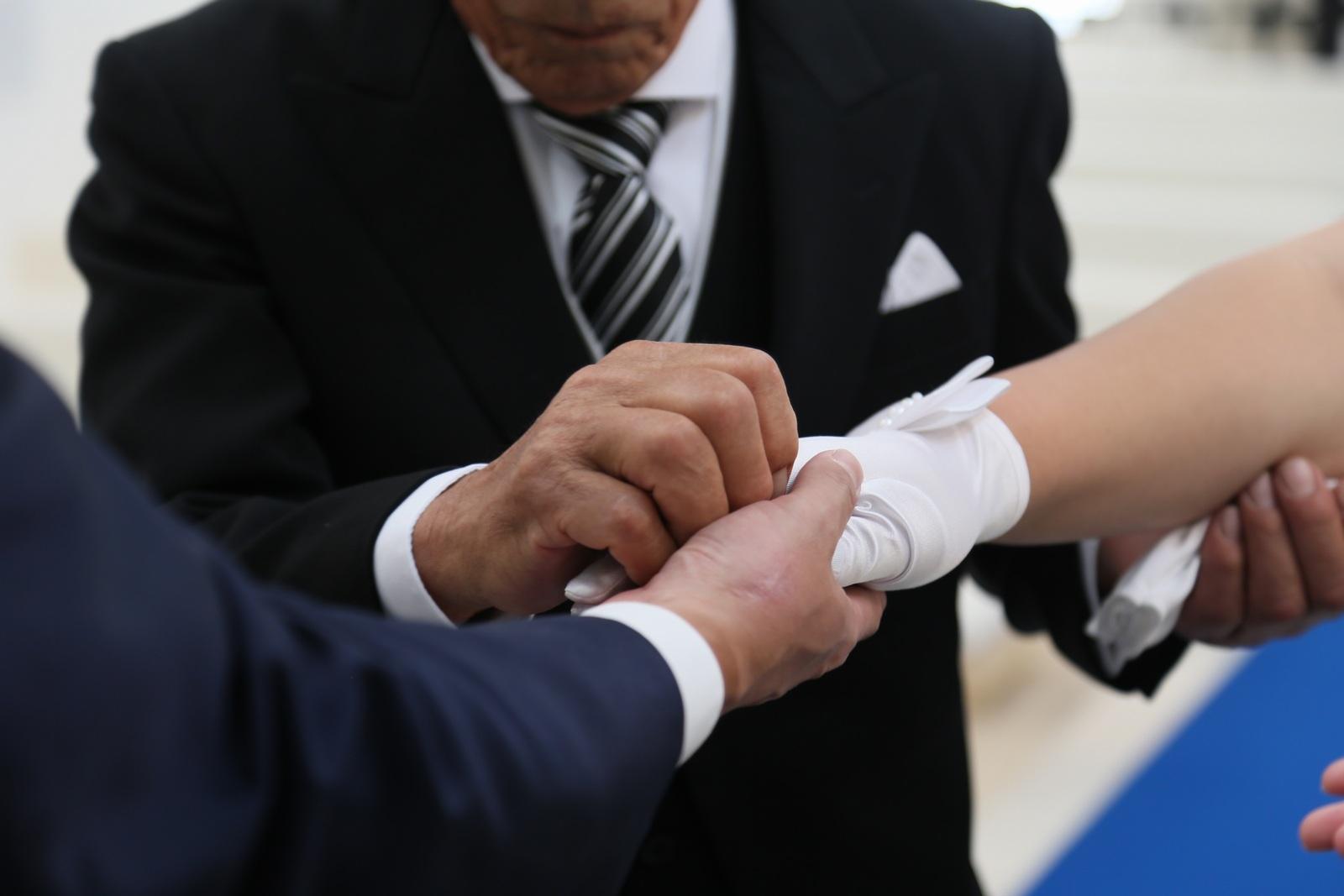 徳島市の結婚式場ブランアンジュでの挙式の新婦様の親御様から新郎様へのバトンタッチセレモニー