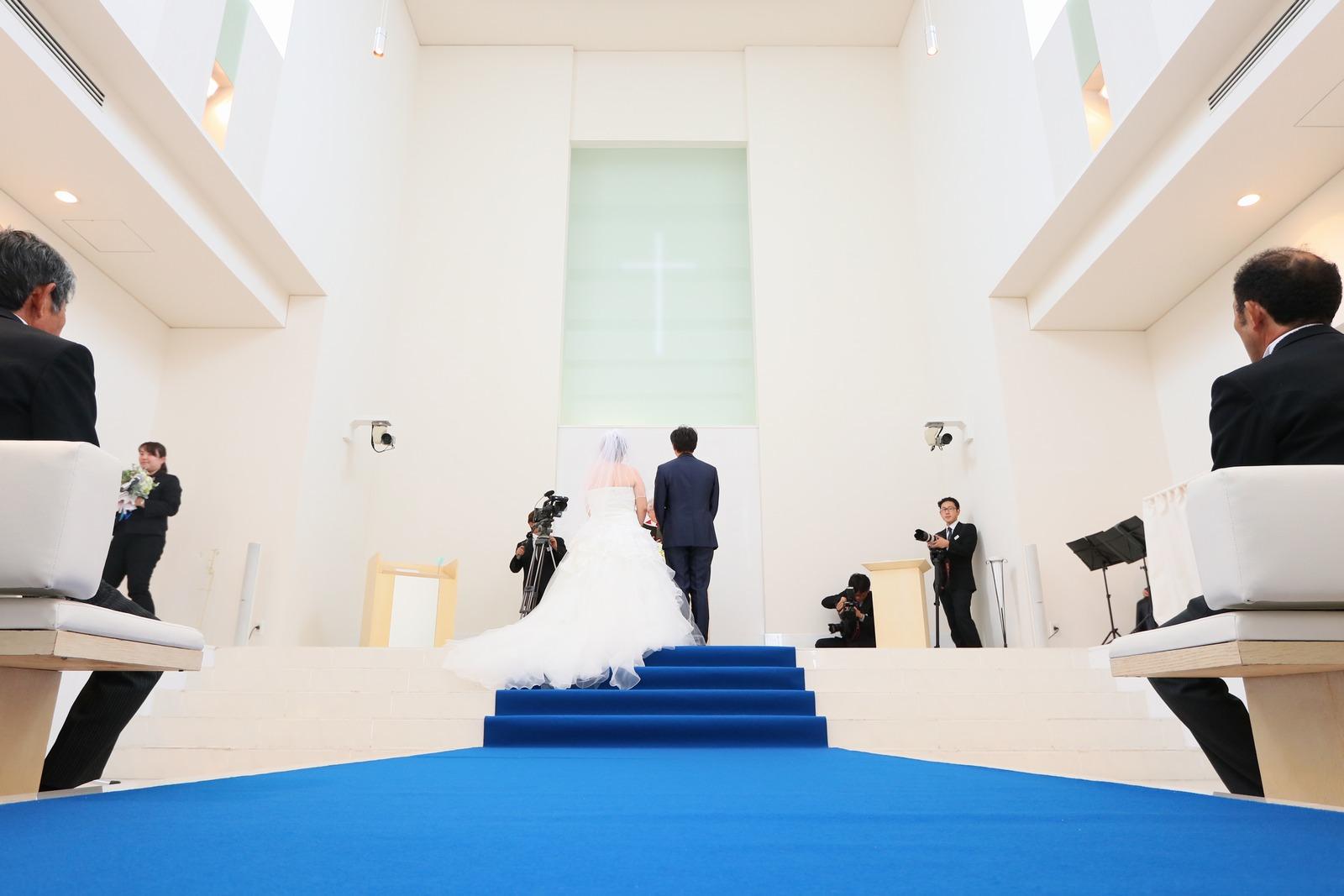 徳島市の結婚式場ブランアンジュで海をイメージしたブルーバージンロード