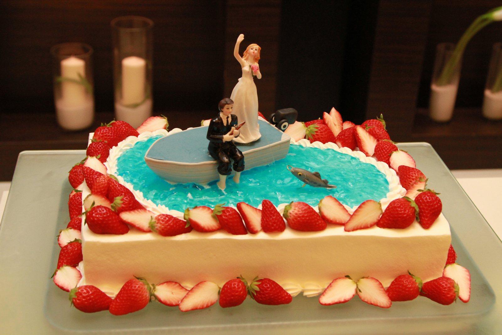徳島市の結婚式場ブランアンジュのウェディングケーキは釣り船と新郎新婦のデザイン