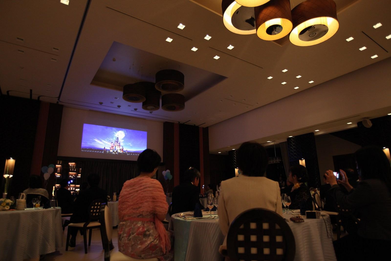 徳島市の結婚式場ブランアンジュの大迫力のスクリーンで楽しむオープニングムービー