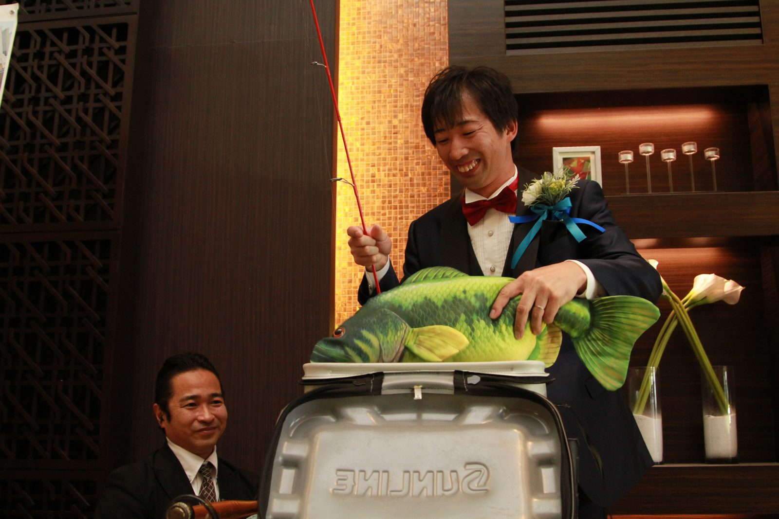 徳島市の結婚式場ブランアンジュのオープニングムービーの続きはお魚のぬいぐるみを新郎が入場