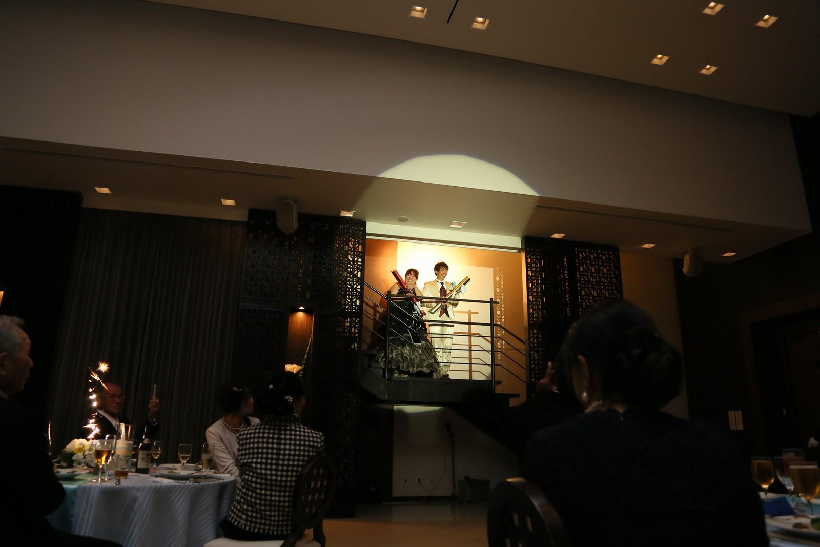 徳島市の結婚式場ブランアンジュのシルエット入場後は、ジャンボクラッカーでサプライズ