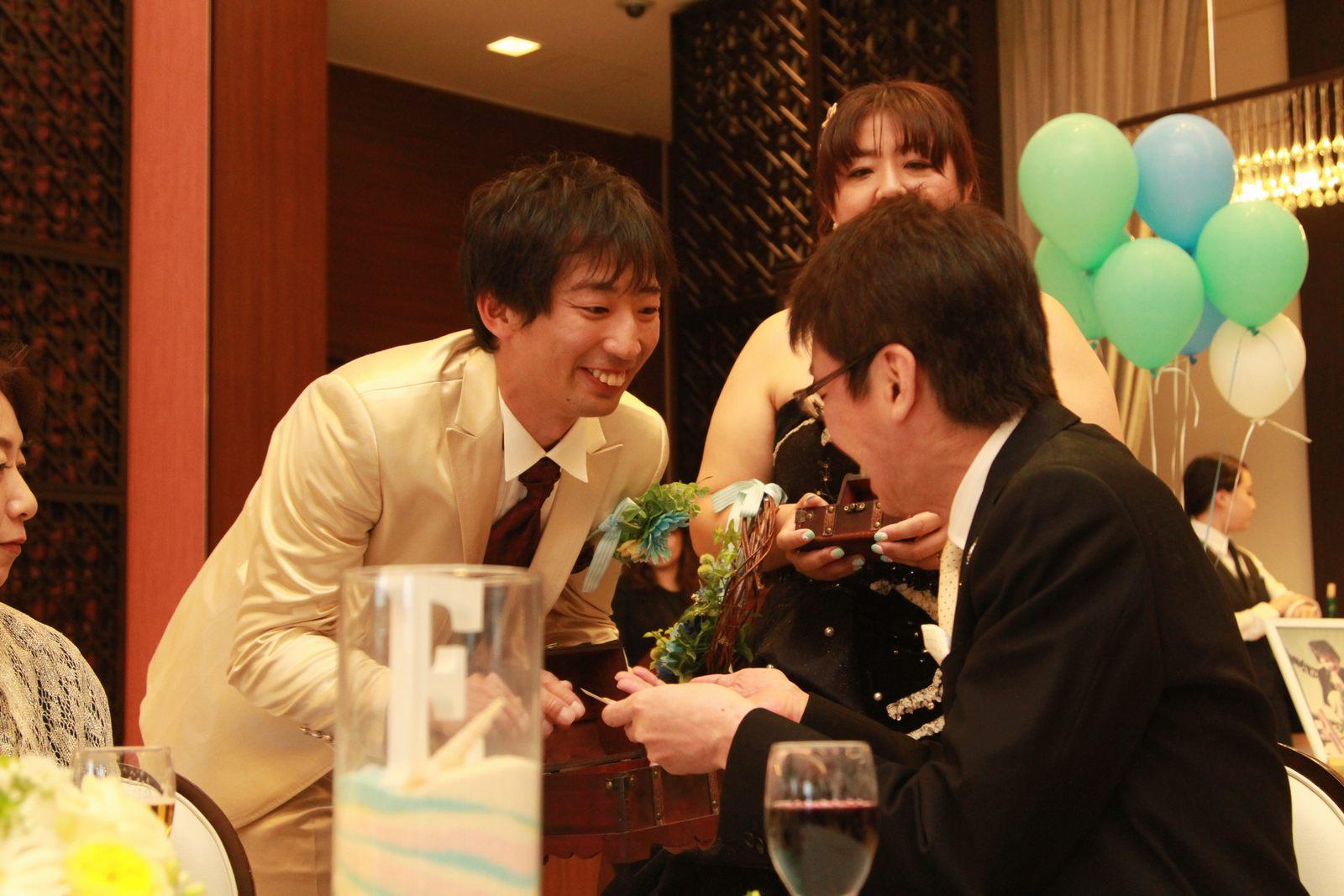 徳島市の結婚式場ブランアンジュのテーブルラウンドでゲスト配るガチャコイン