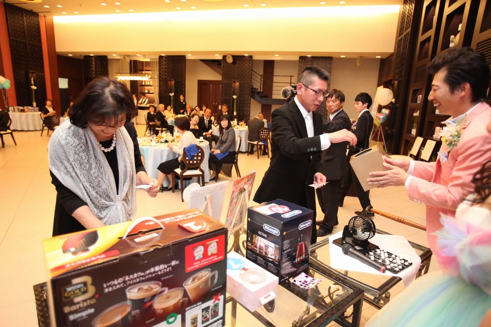 徳島市の結婚式場ブランアンジュのビンゴゲーム大会はたくさんの景品がありました
