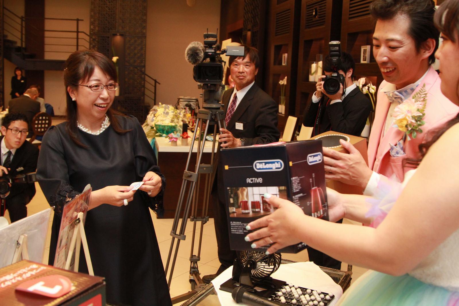 徳島市の結婚式場ブランアンジュでのビンゴゲーム大会でゲストの表情もにっこり