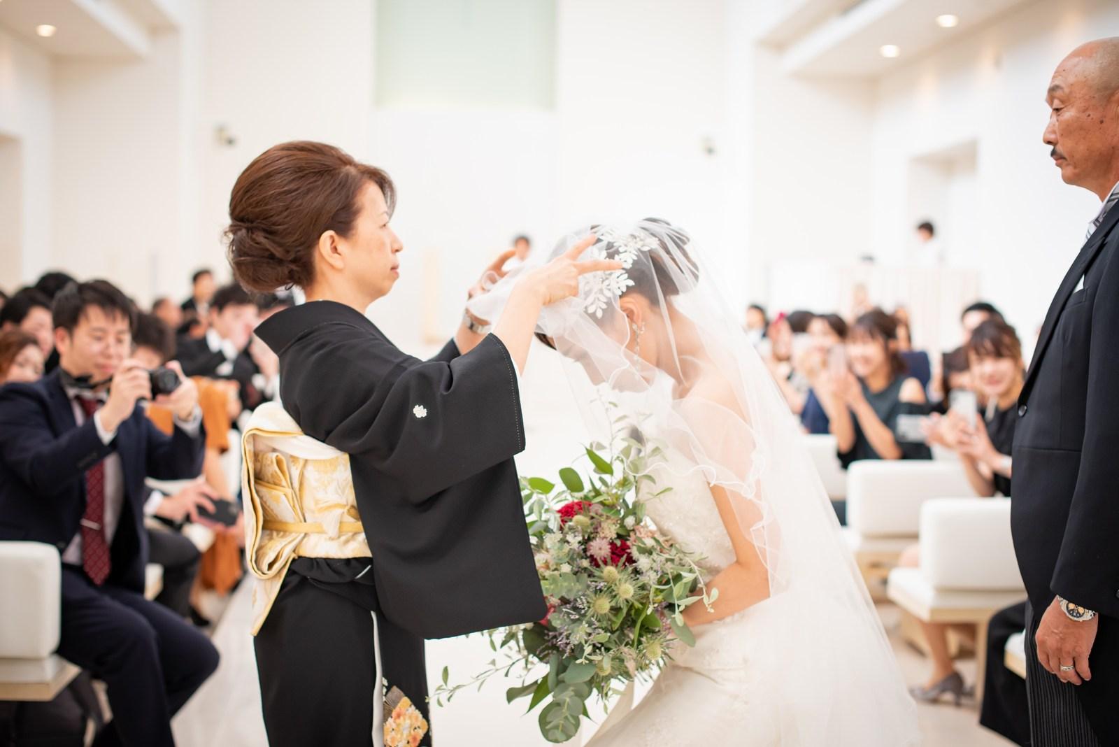 徳島市の結婚式場ブランアンジュのチャペルで母にベールダウンしてもらう新婦