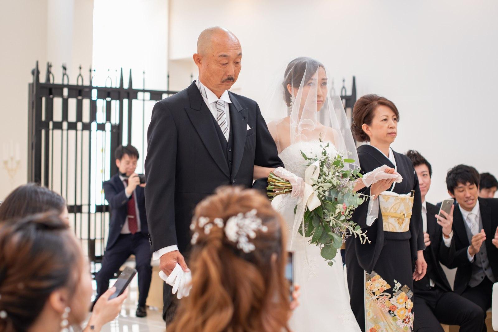 徳島市の結婚式場ブランアンジュで両親にエスコートされながらチャペル入場する新婦