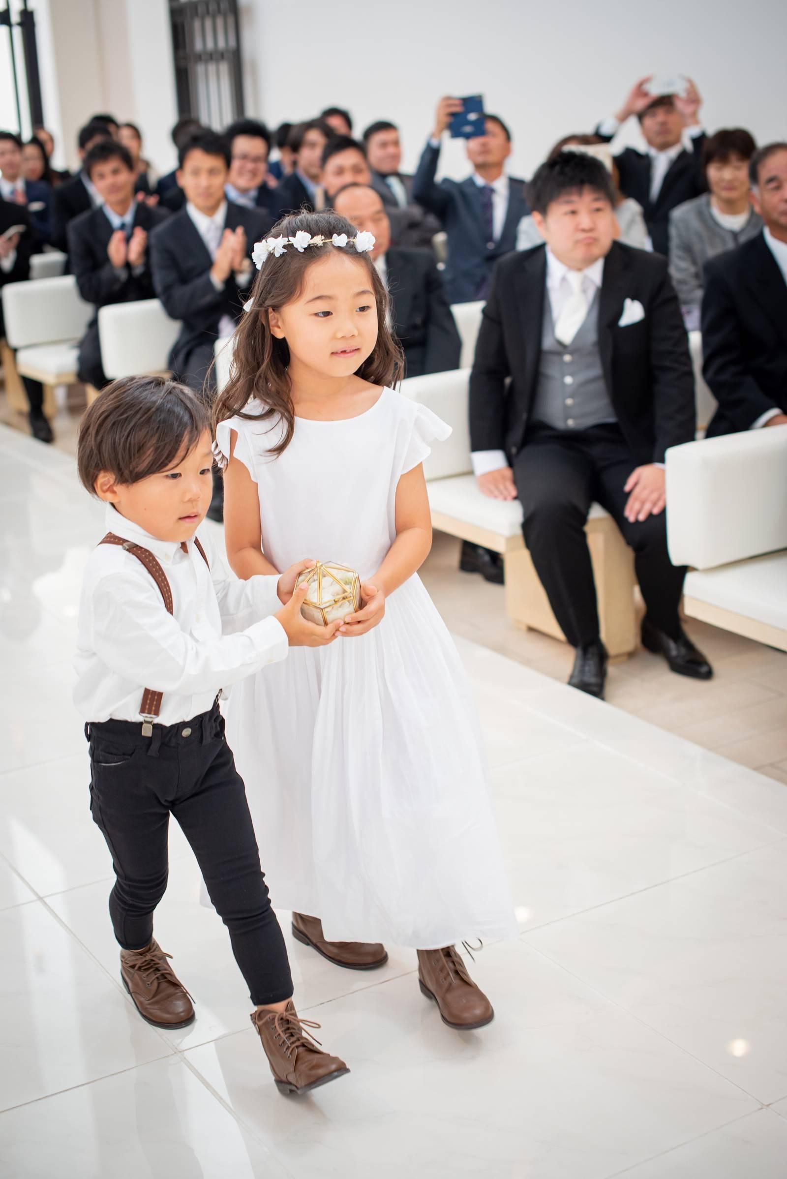 徳島市の結婚式場ブランアンジュでチャペル挙式のお手伝いをする甥っ子と姪っ子