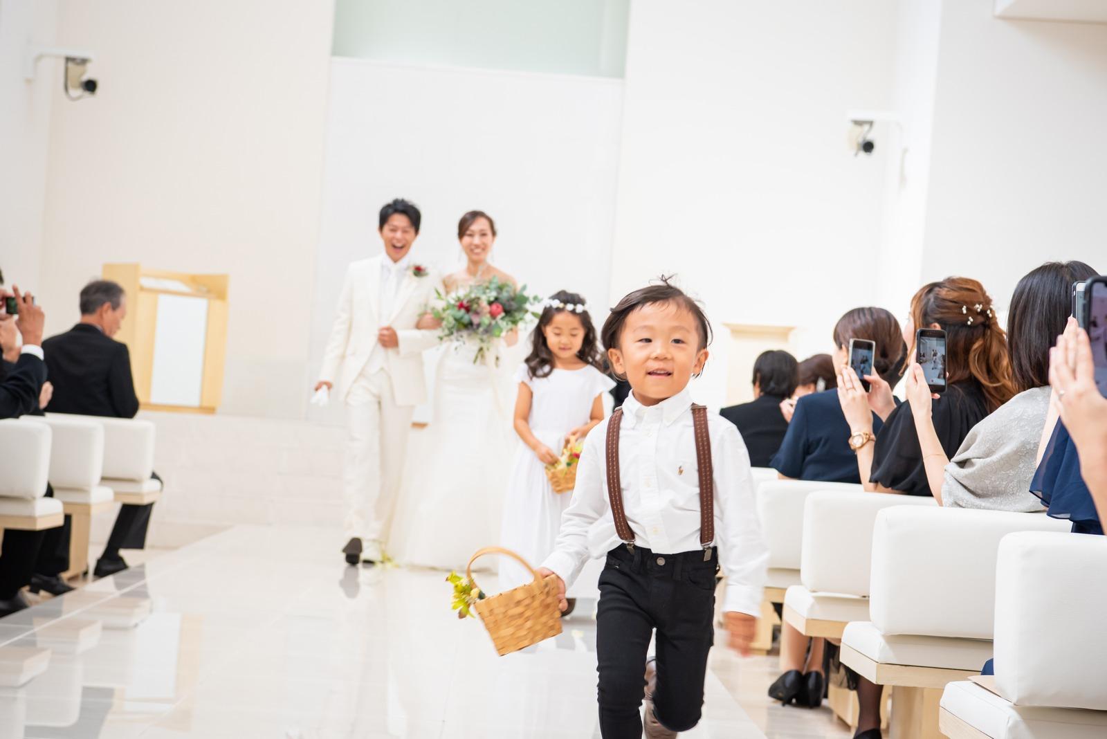 徳島市の結婚式場ブランアンジュのチャペル挙式でお手伝いが終わり元気に走る子ども達