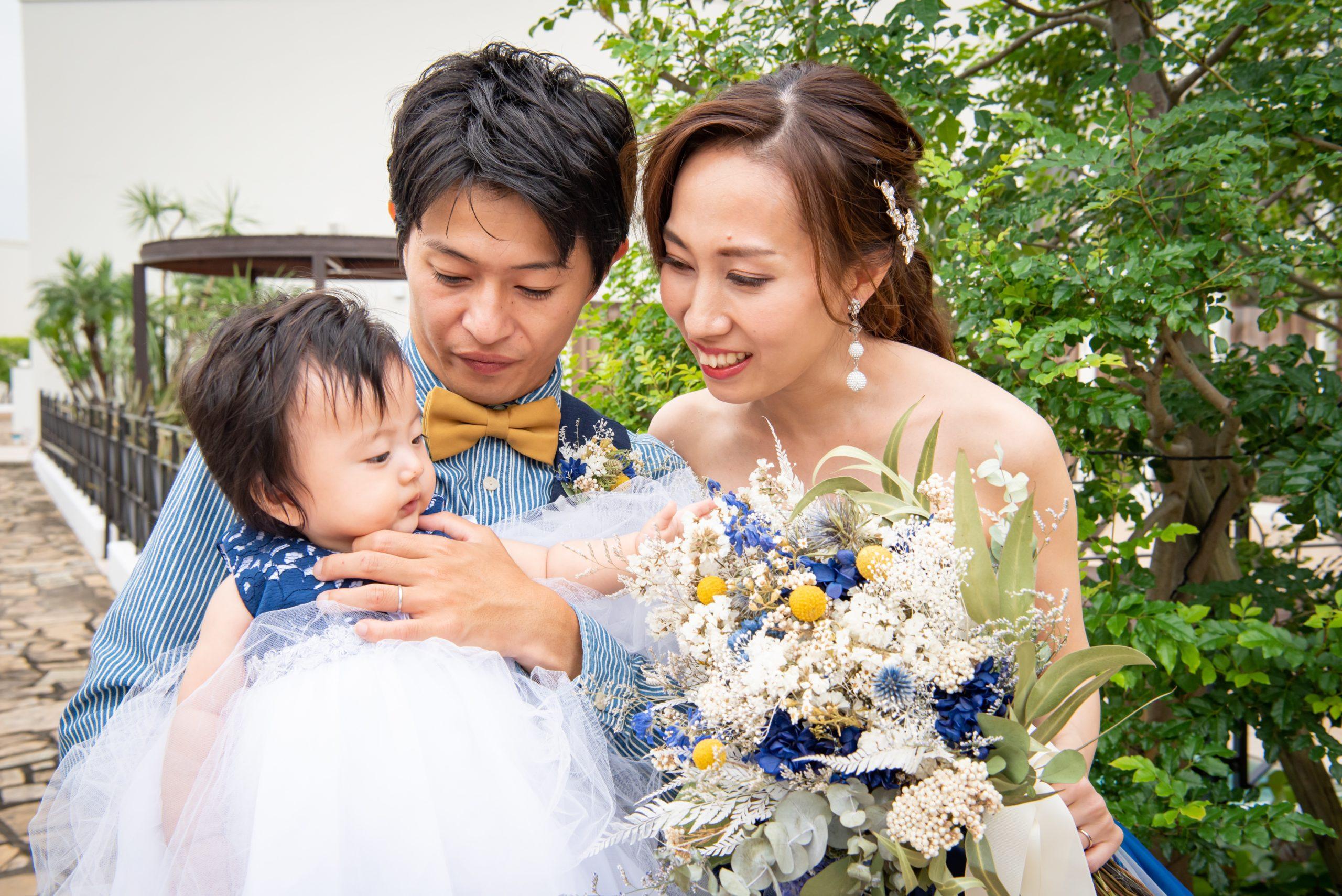 徳島市の結婚式場ブランアンジュでお子様と新郎新婦の3人で記念写真