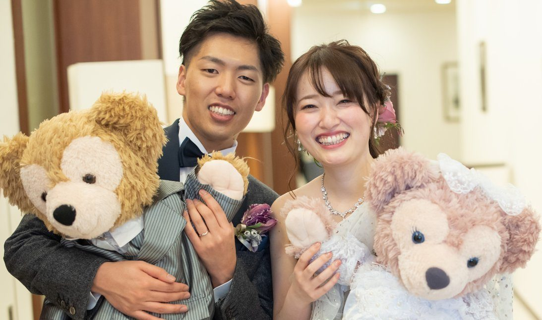 徳島県の結婚式場ブランアンジュで大好きなぬいぐるみと笑顔で写る新郎新婦
