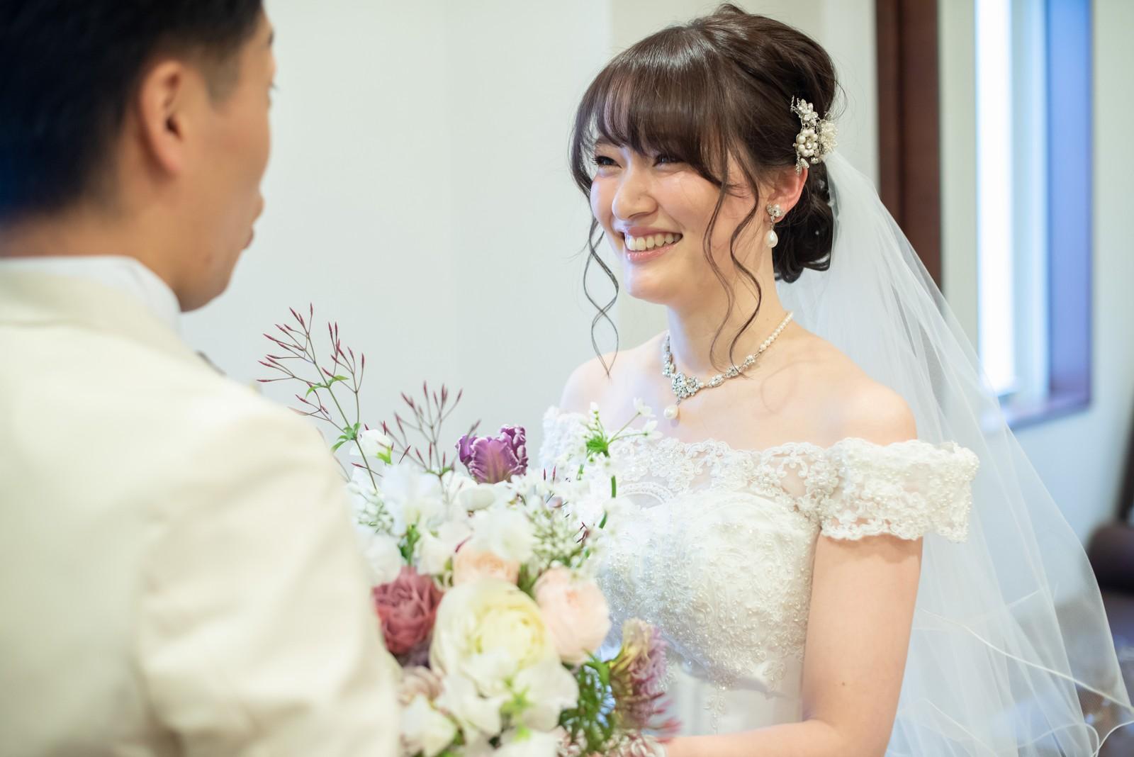 徳島市の結婚式場ブランアンジュの控室でほほ笑み合う新郎新婦
