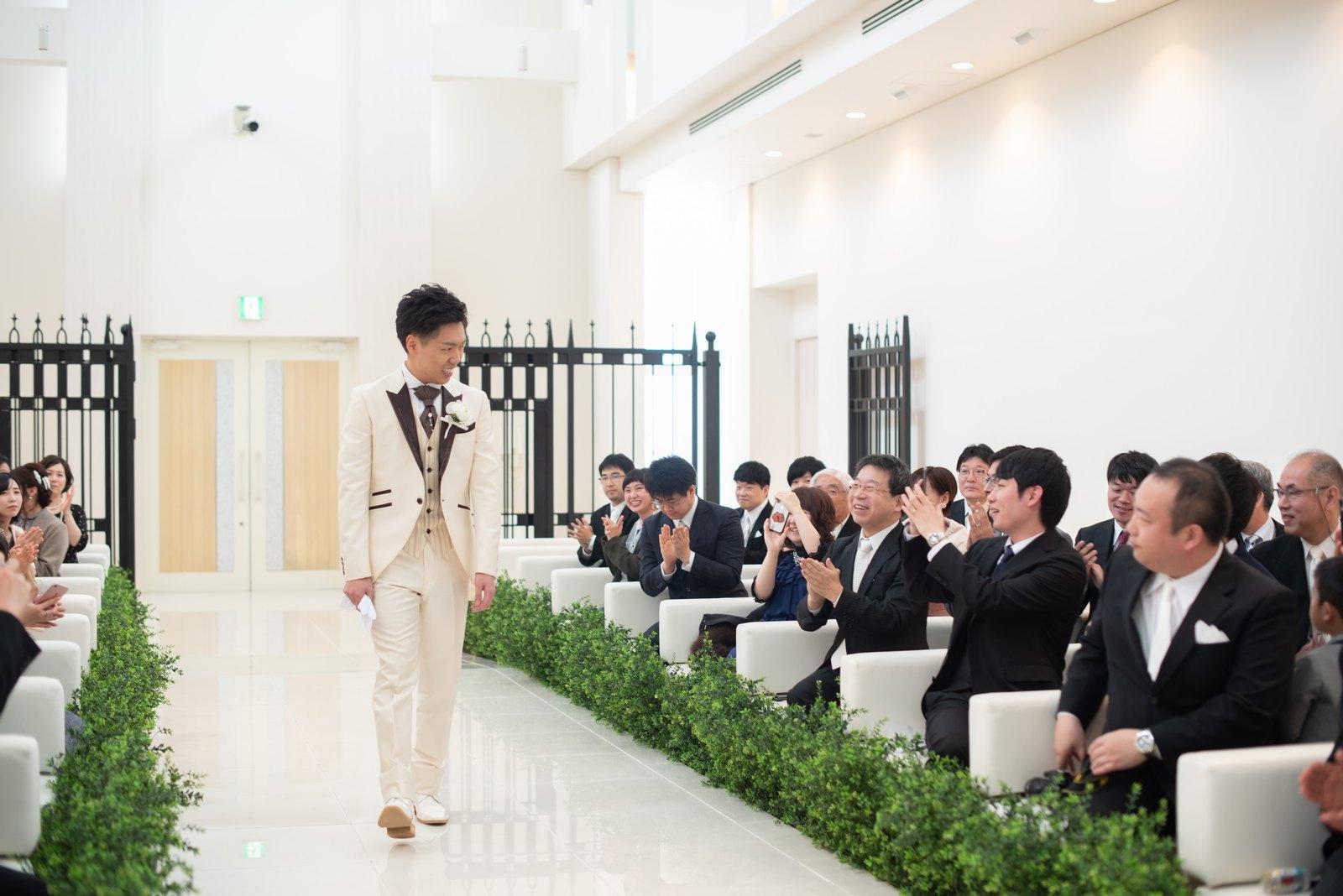 徳島市の結婚式場ブランアンジュのチャペルに入場している新郎