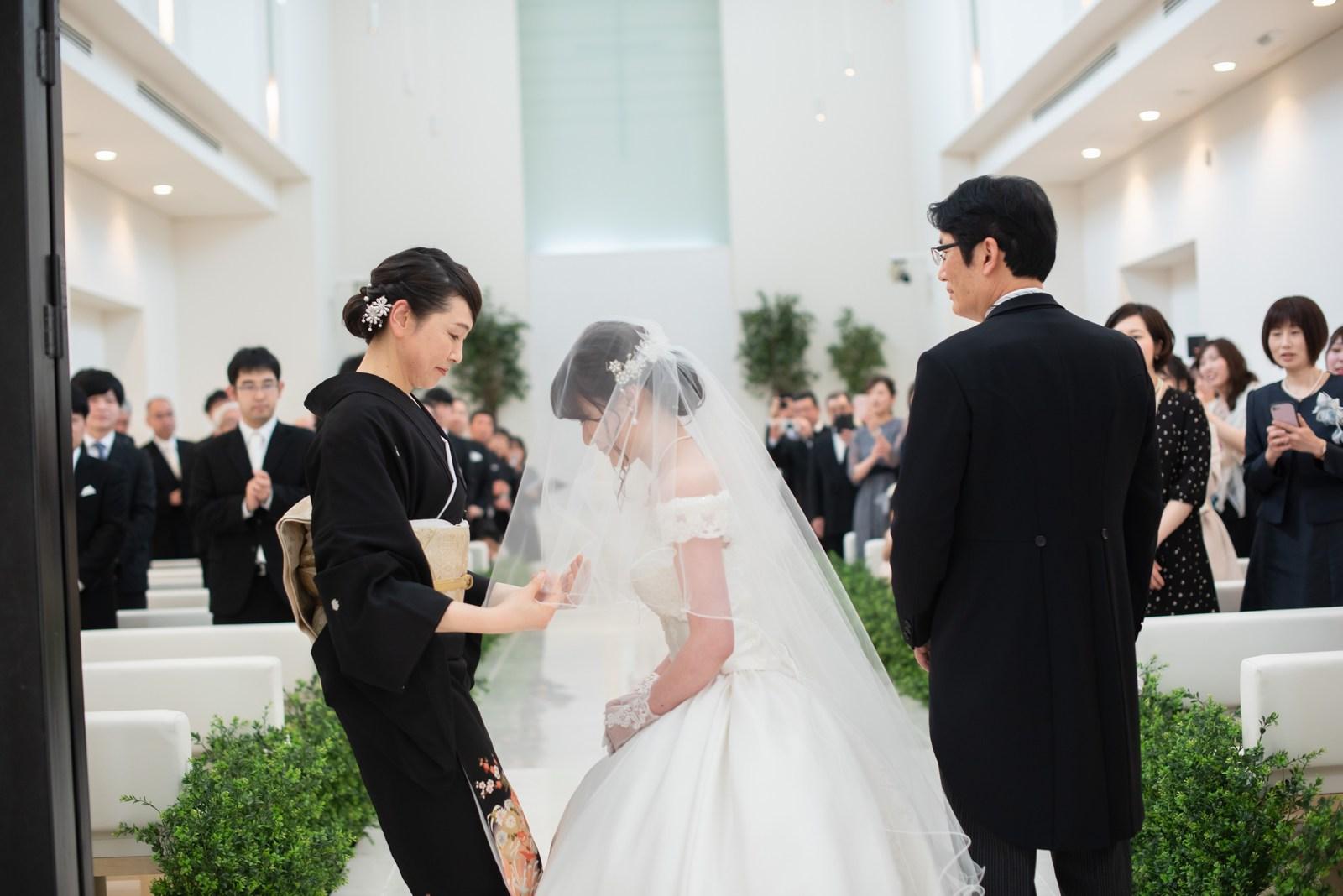 徳島市の結婚式場ブランアンジュで新婦母よりベールダウンをしてもらう新婦と見守る新婦父