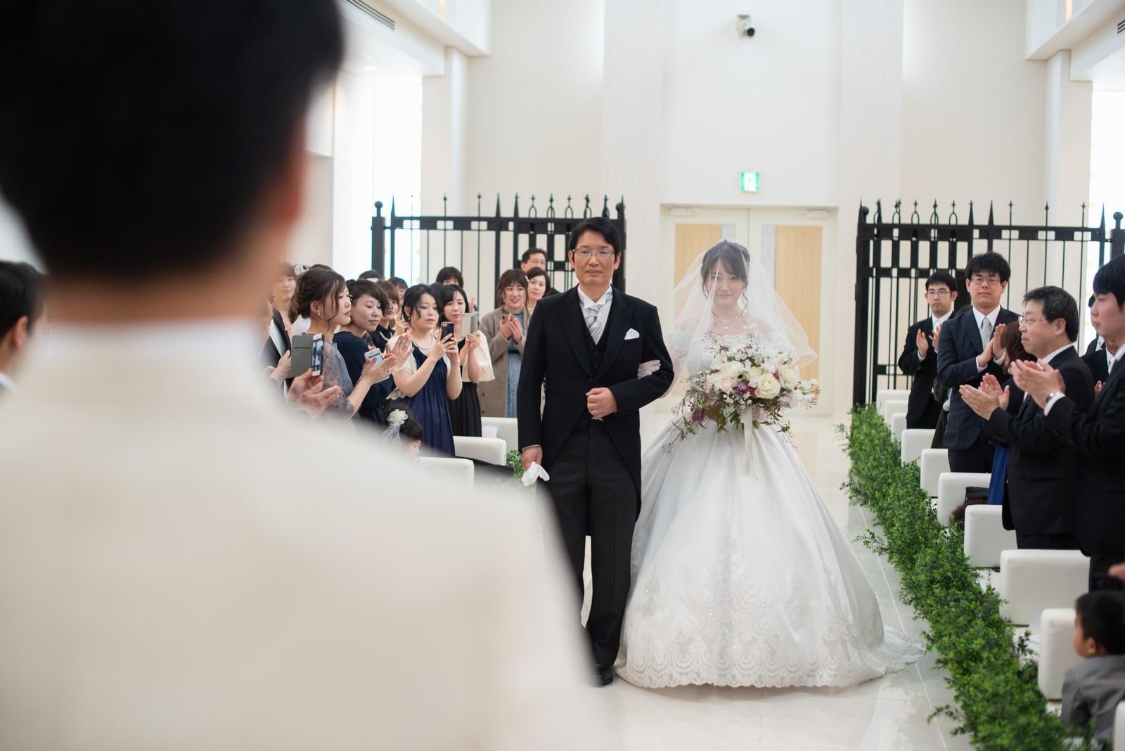 徳島市の結婚式場ブランアンジュで新婦父にエスコートされながら入場する新婦