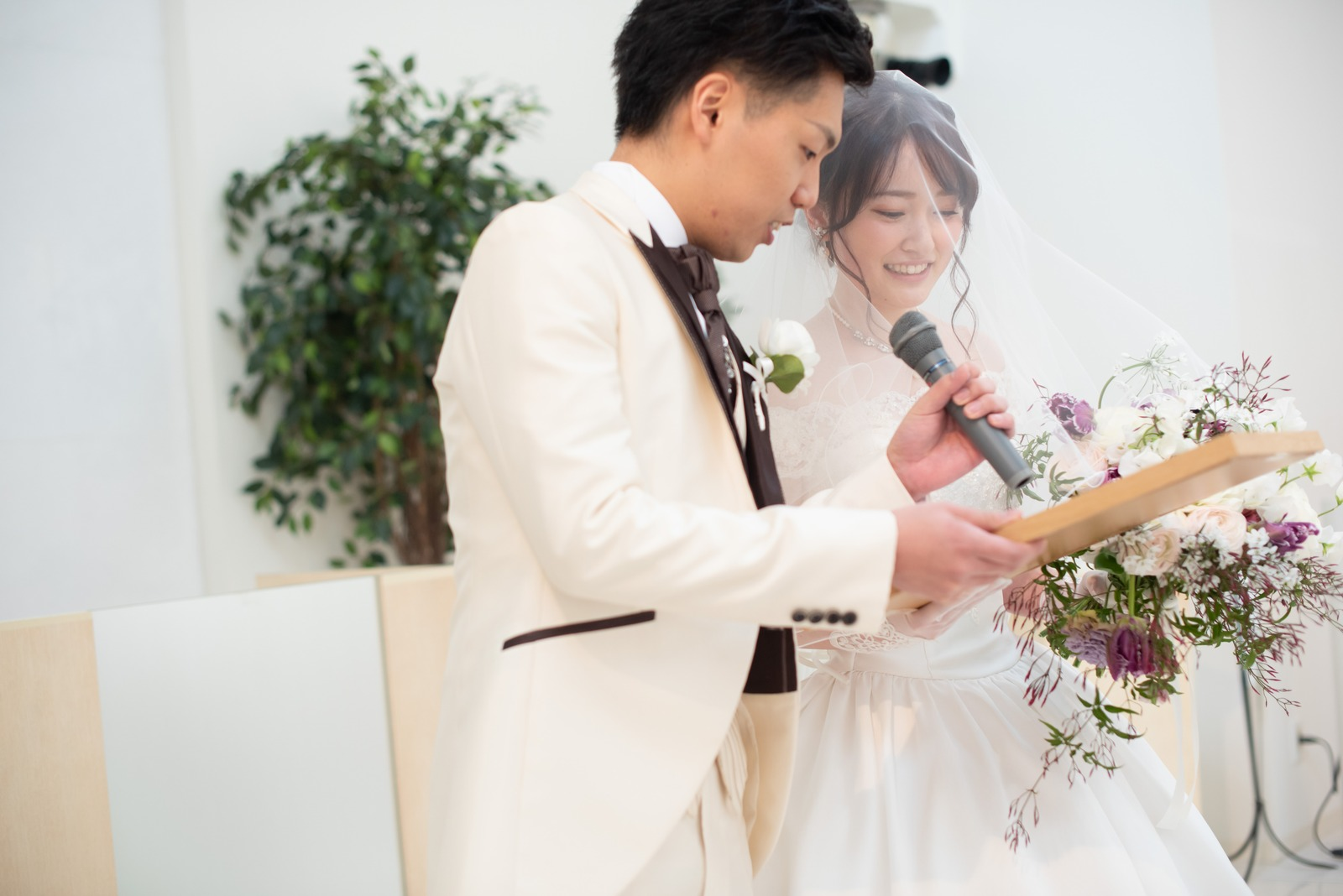 徳島市の結婚式場ブランアンジュのチャペル人前式で誓いの詞を読む新郎新婦