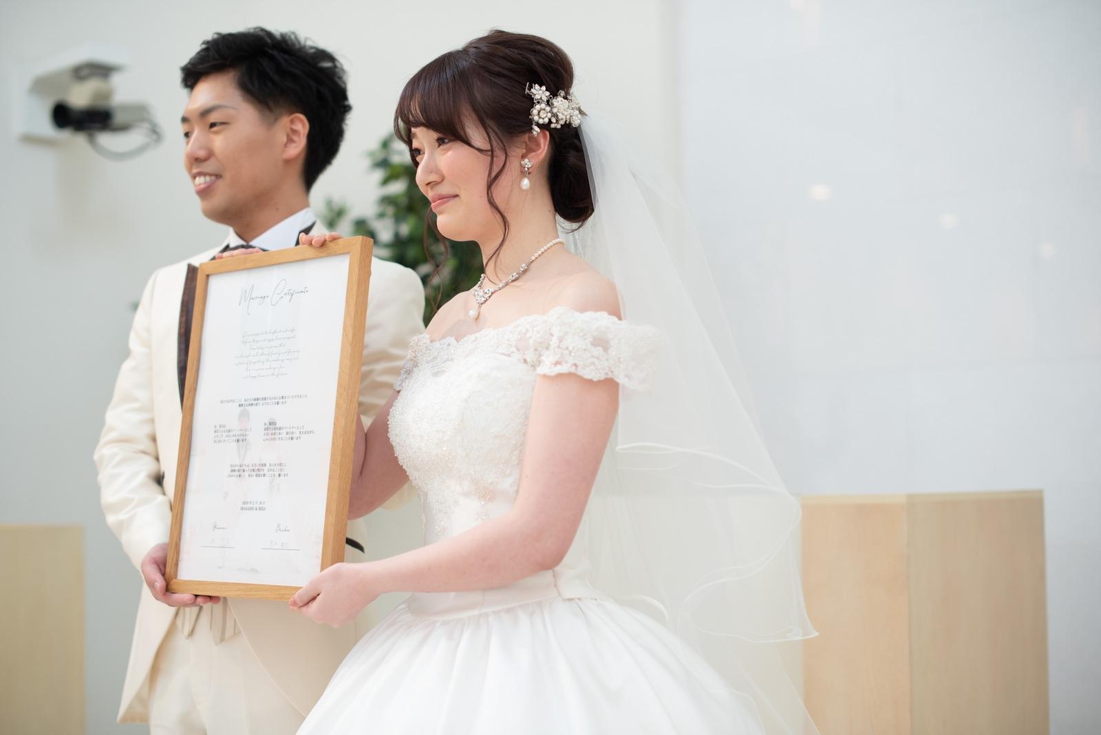 徳島市の結婚式場ブランアンジュのチャペル人前式でゲストに承認をもらい感動した表情の新郎新婦