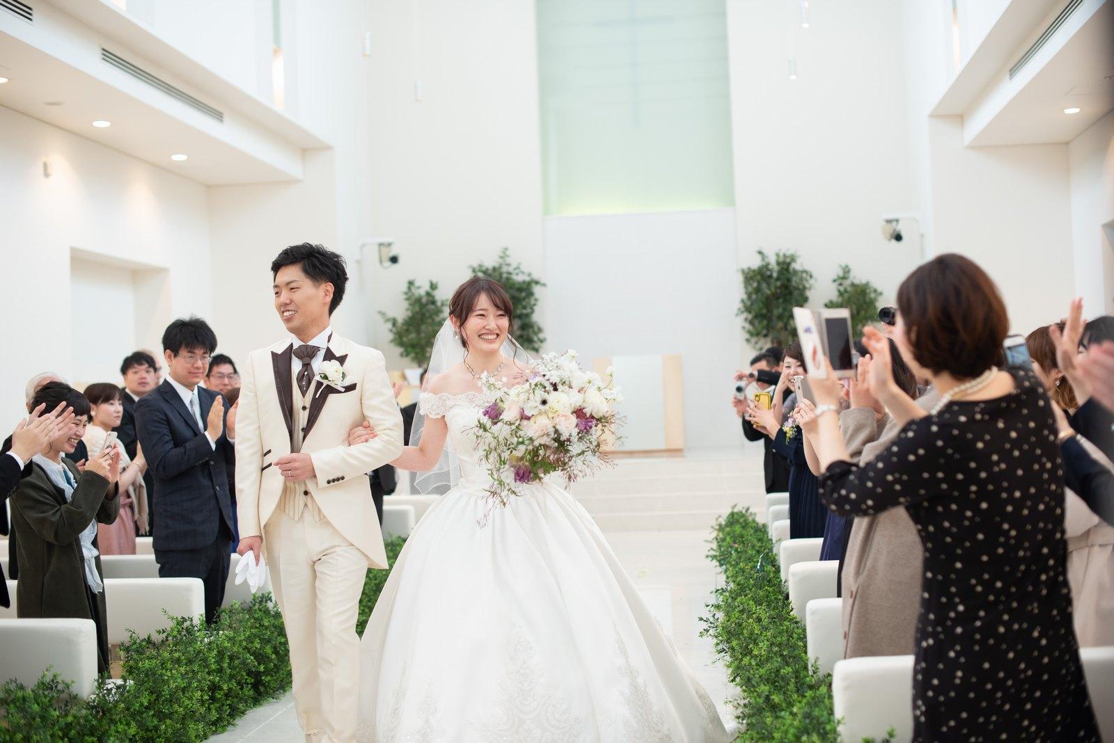 徳島市の結婚式場ブランアンジュのチャペル人前式でゲストにコンフェッティクラッカーで祝福される新郎新婦