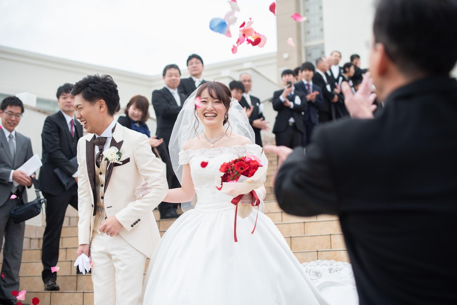徳島市の結婚式場ブランアンジュの大階段で幸せいっぱいのフラワーシャワー