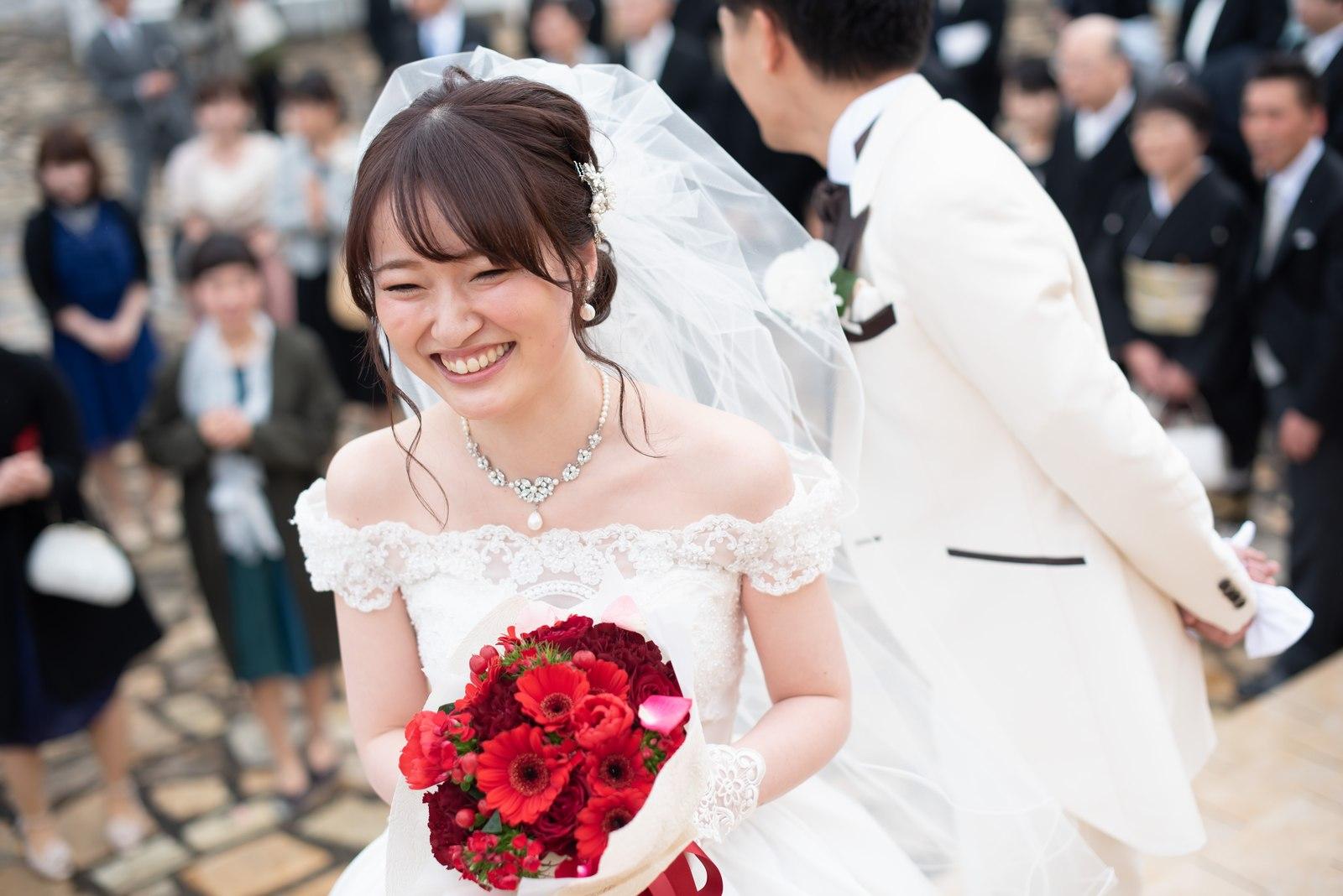 徳島市の結婚式場ブランアンジュのフリータイムでブーケトスを行う直前の新婦
