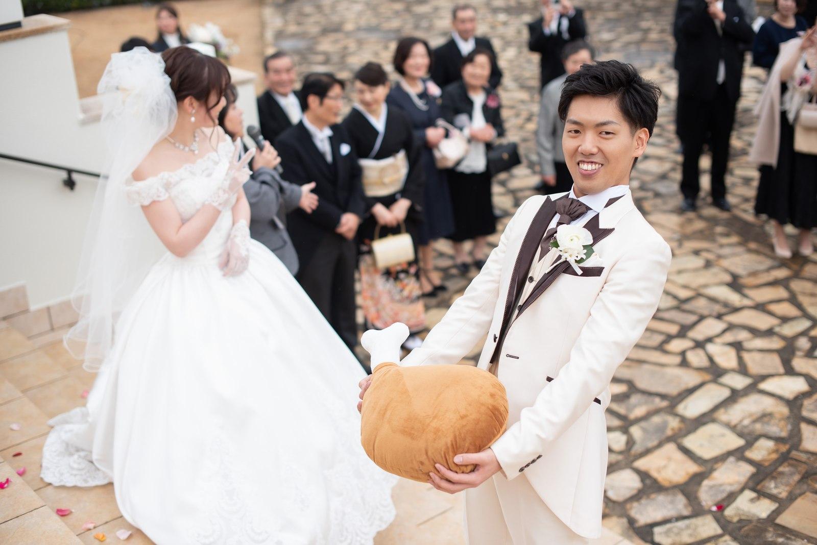 徳島市の結婚式場ブランアンジュのアフターセレモニーでお肉のトスを行う前の新郎