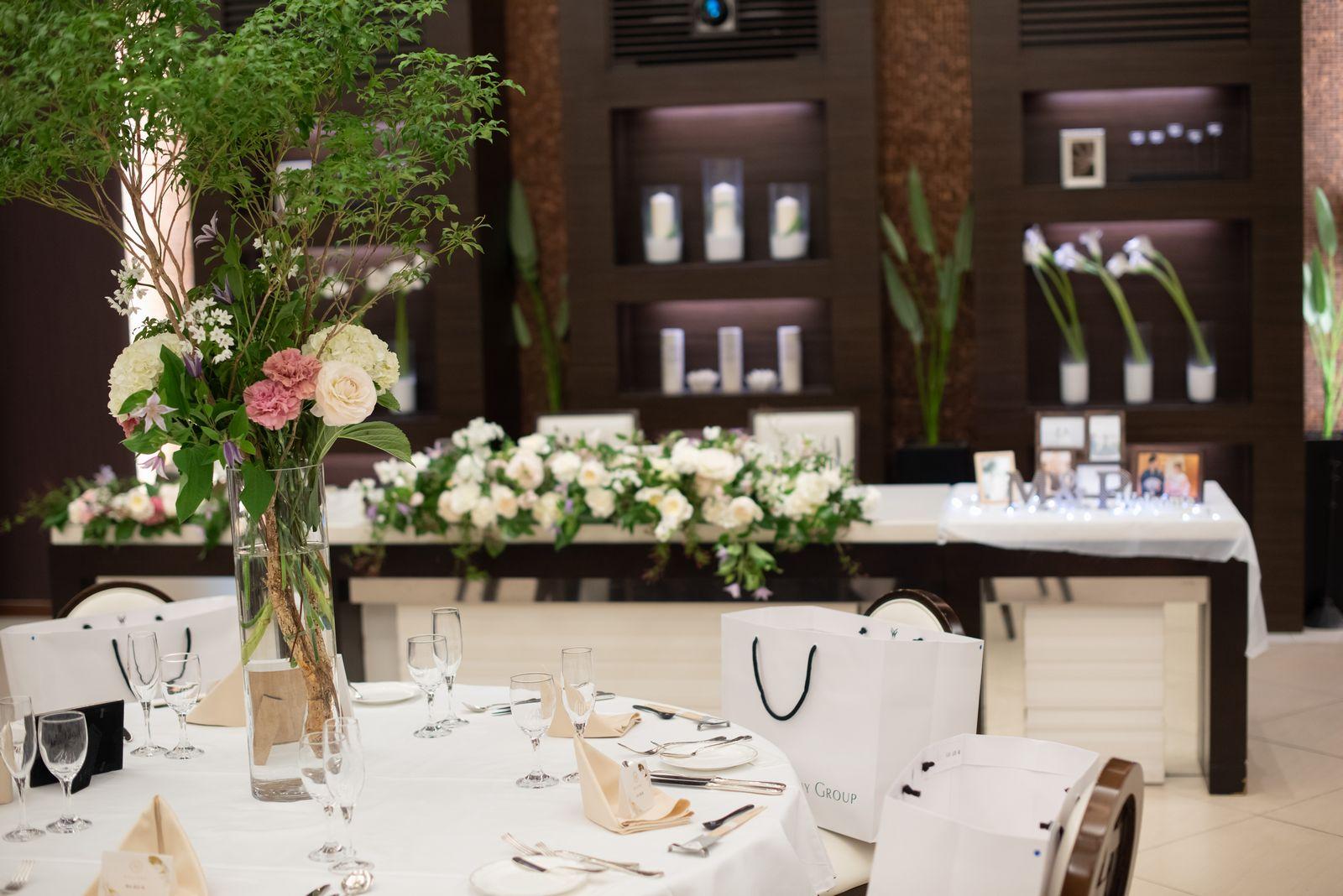 徳島市の結婚式場ブランアンジュの披露宴会場で森っぽくグリーンと、くすみピンクも取り入れたナチュラルコーディネート