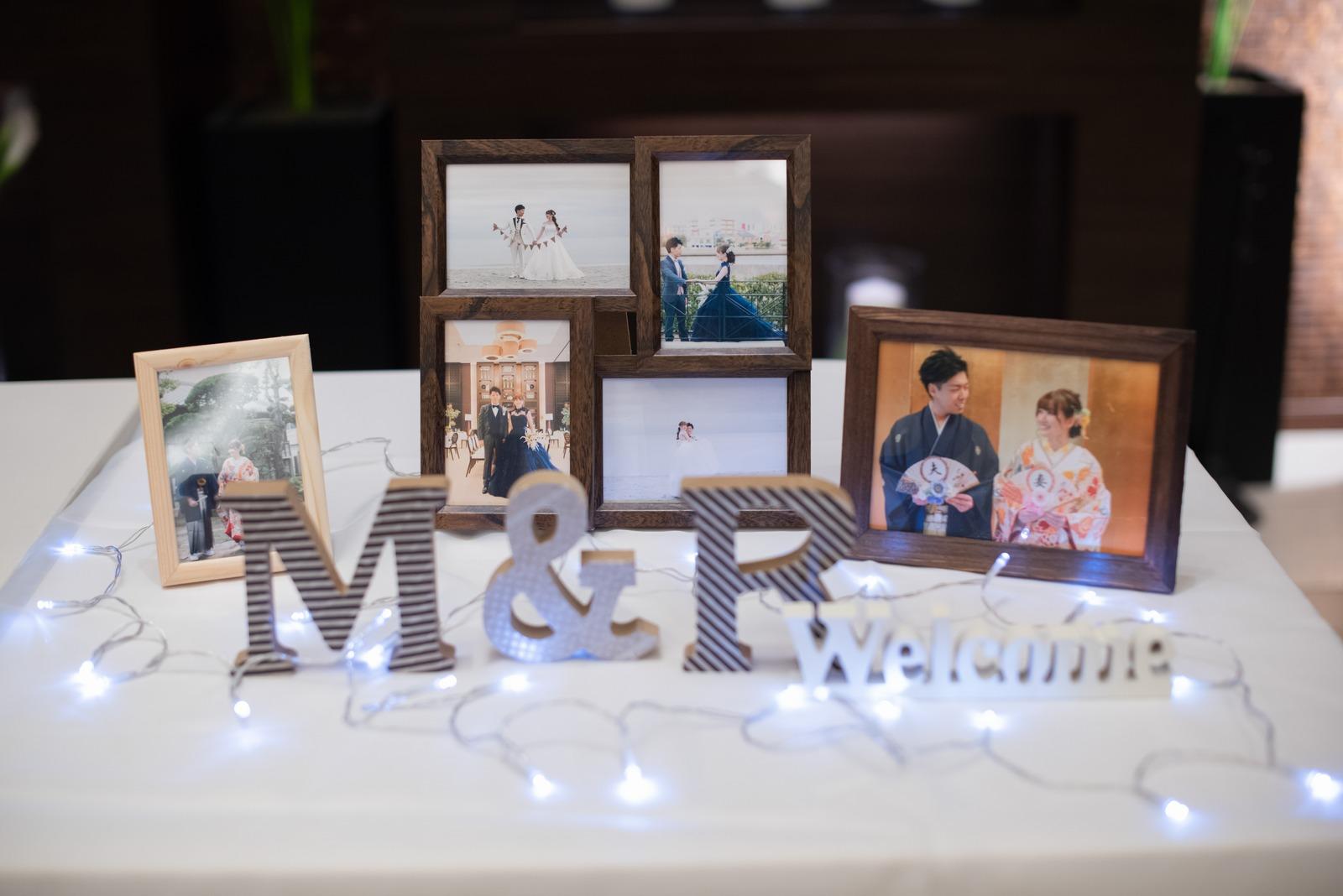 徳島市の結婚式場ブランアンジュの披露宴会場に飾った新郎新婦2人のイニシャルグッズと思い出の写真