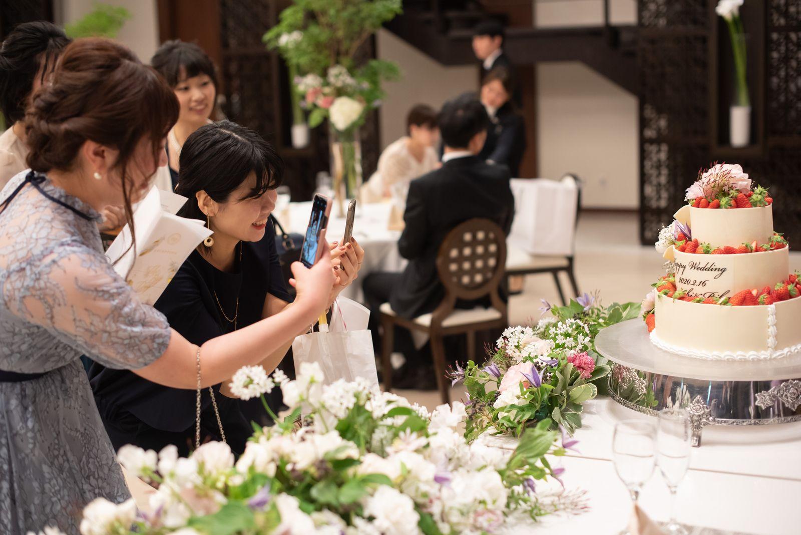 徳島市の結婚式場ブランアンジュでウエディングケーキの写真をとるゲスト