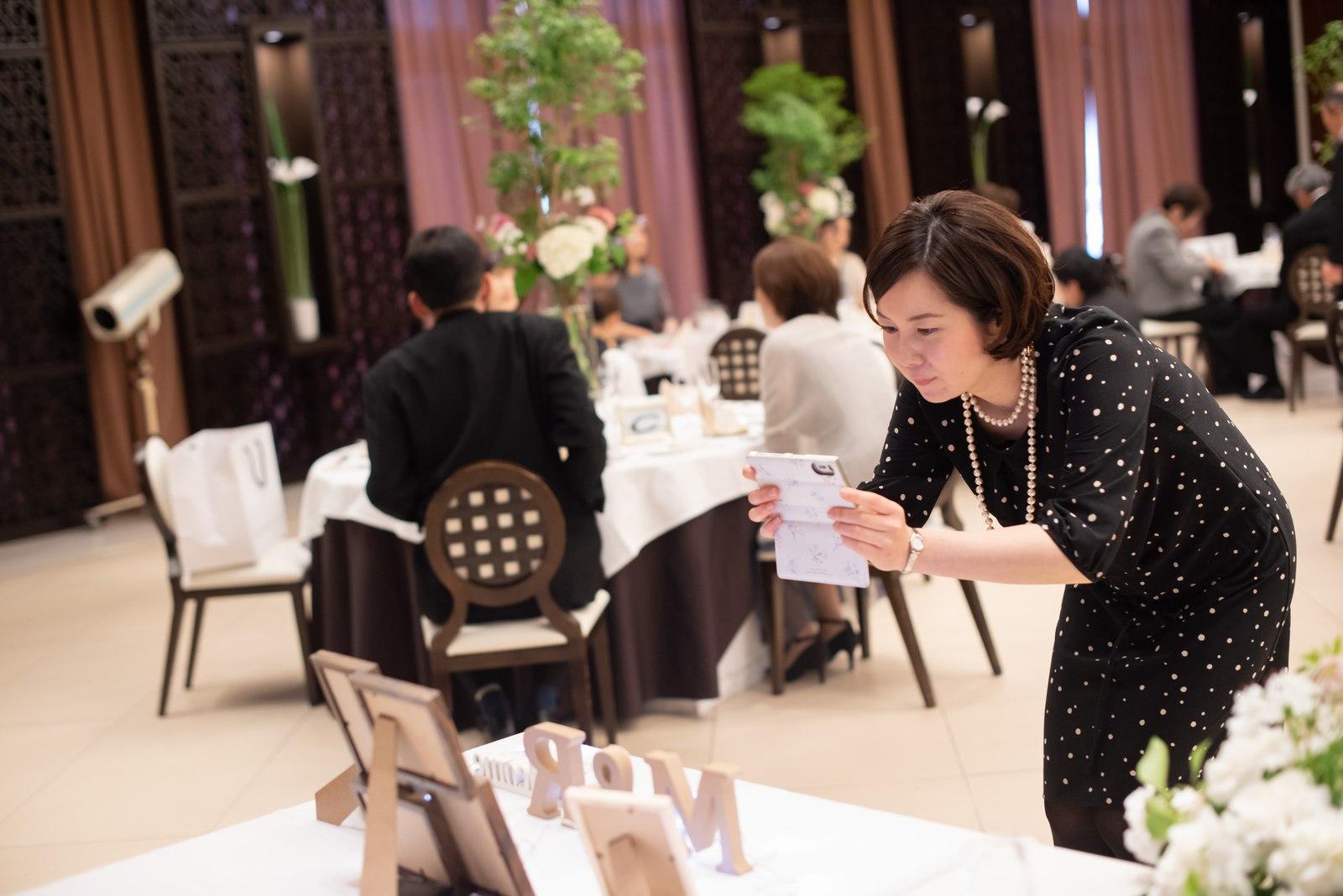 徳島市の結婚式場ブランアンジュでウェルカムグッズの写真をとるゲスト