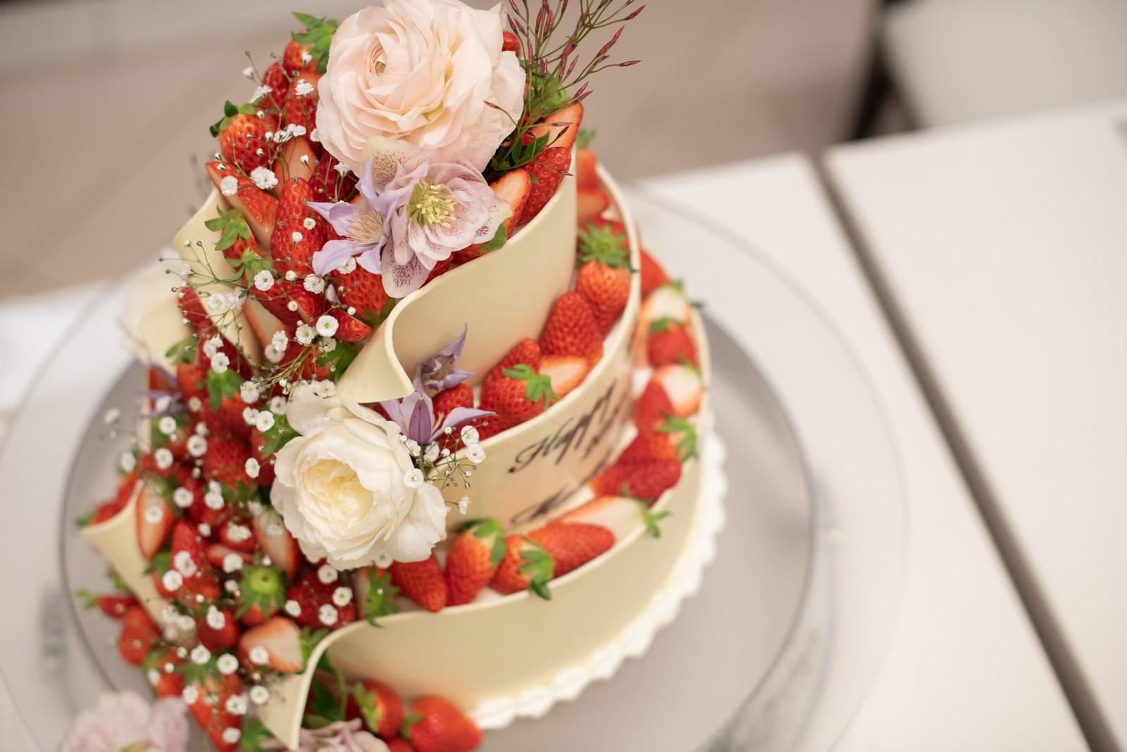 徳島県の結婚式場ブランアンジュで苺やフルーツが溢れるウエディングケーキ