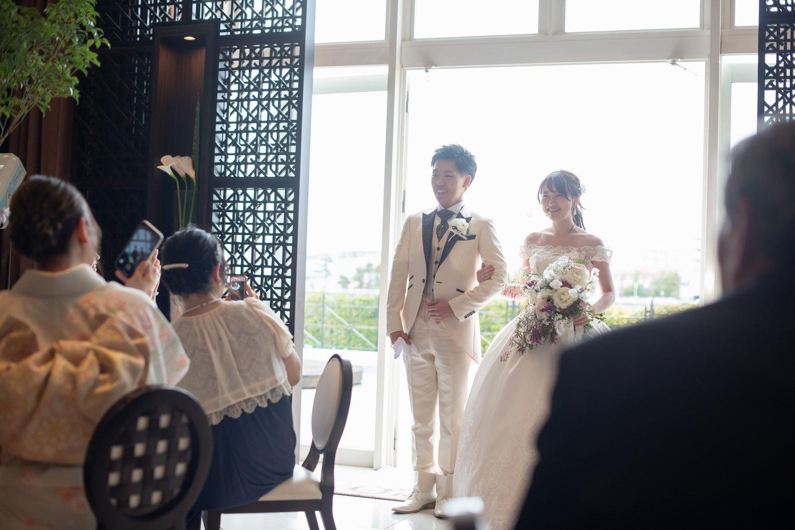 徳島県の結婚式場ブランアンジュの披露宴会場でガーデン入場する新郎新婦