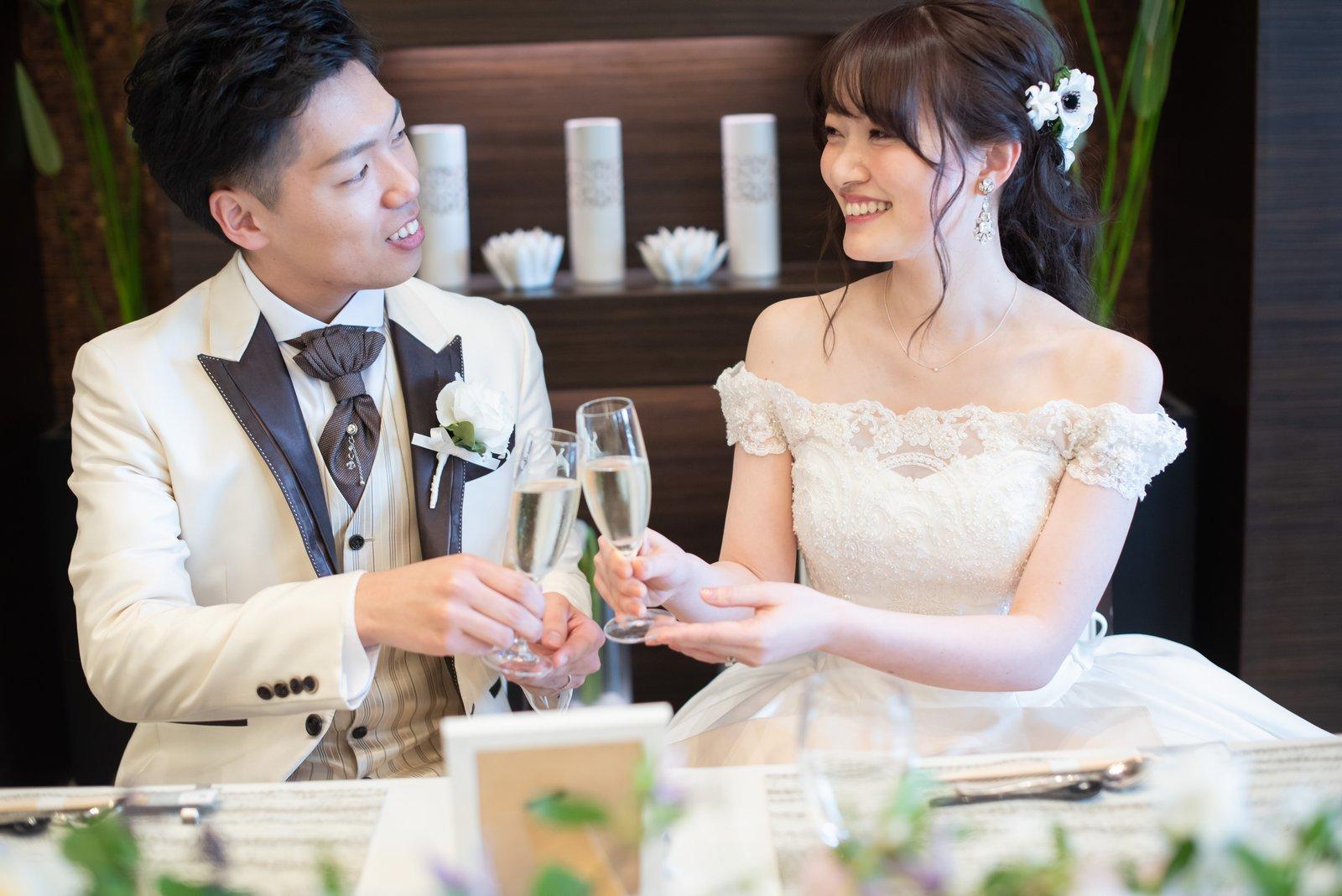 徳島市の結婚式場ブランアンジュのメインテーブルで乾杯する新郎新婦