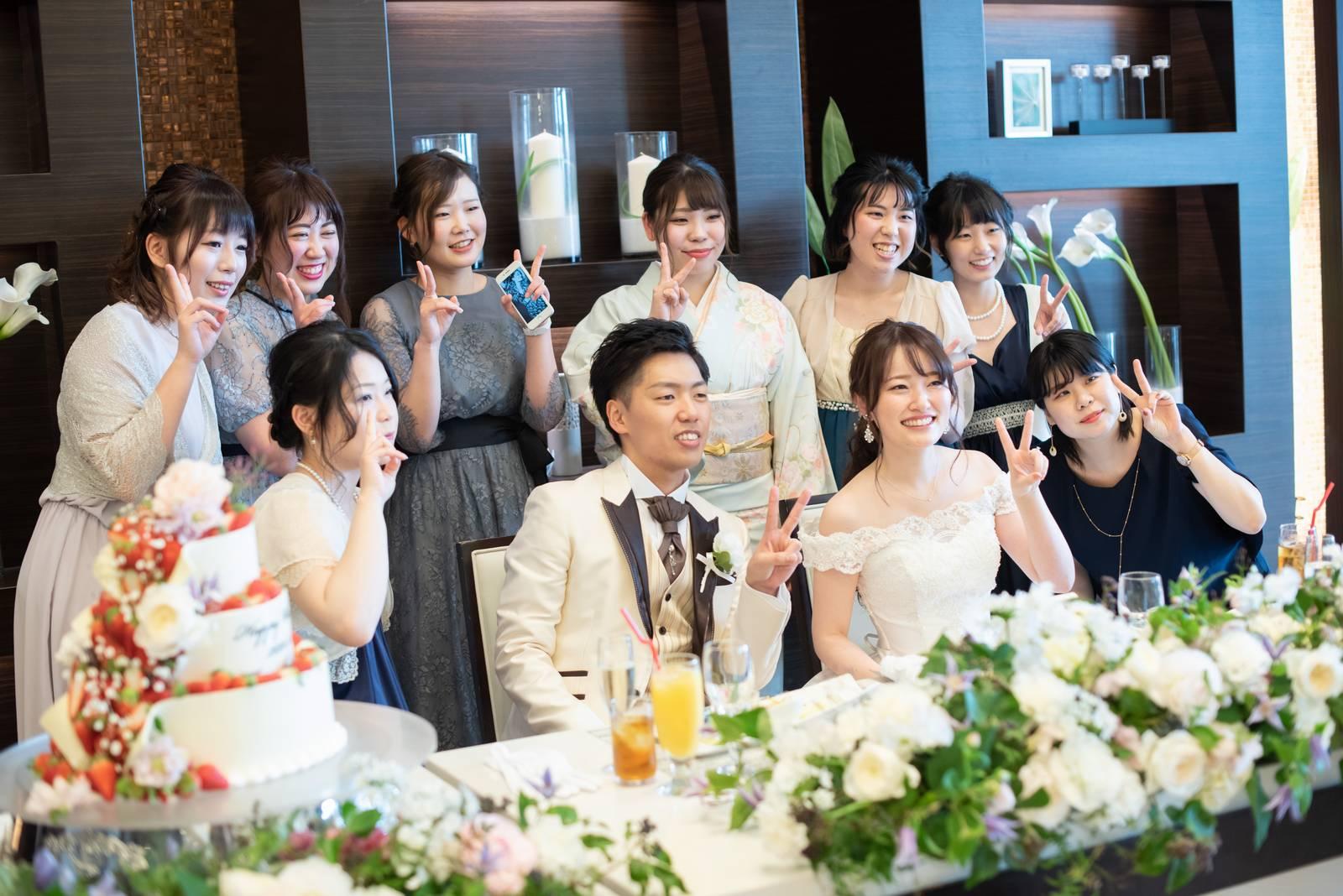 徳島県の結婚式場ブランアンジュの披露宴会場でゲストと記念写真