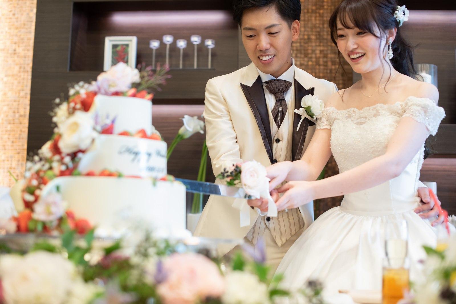 徳島県の結婚式場ブランアンジュで楽しそうにケーキ入刀をする新郎新婦