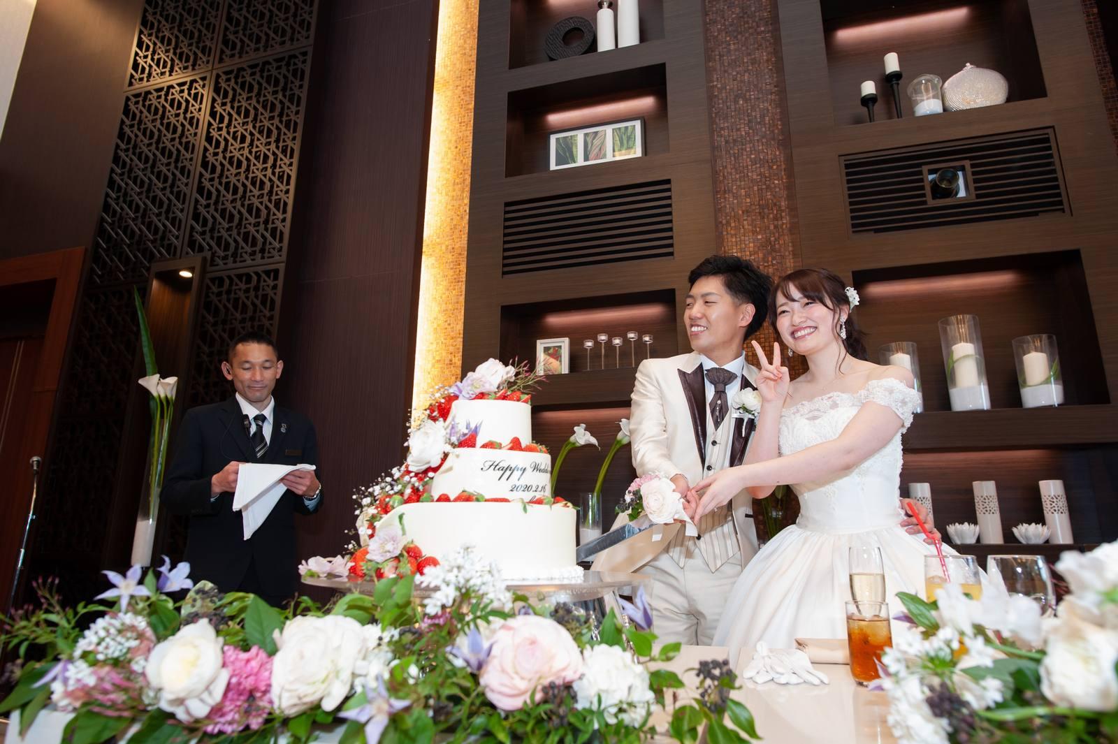 徳島県の結婚式場ブランアンジュの披露宴会場オリエラスイートでケーキ入刀をする新郎新婦