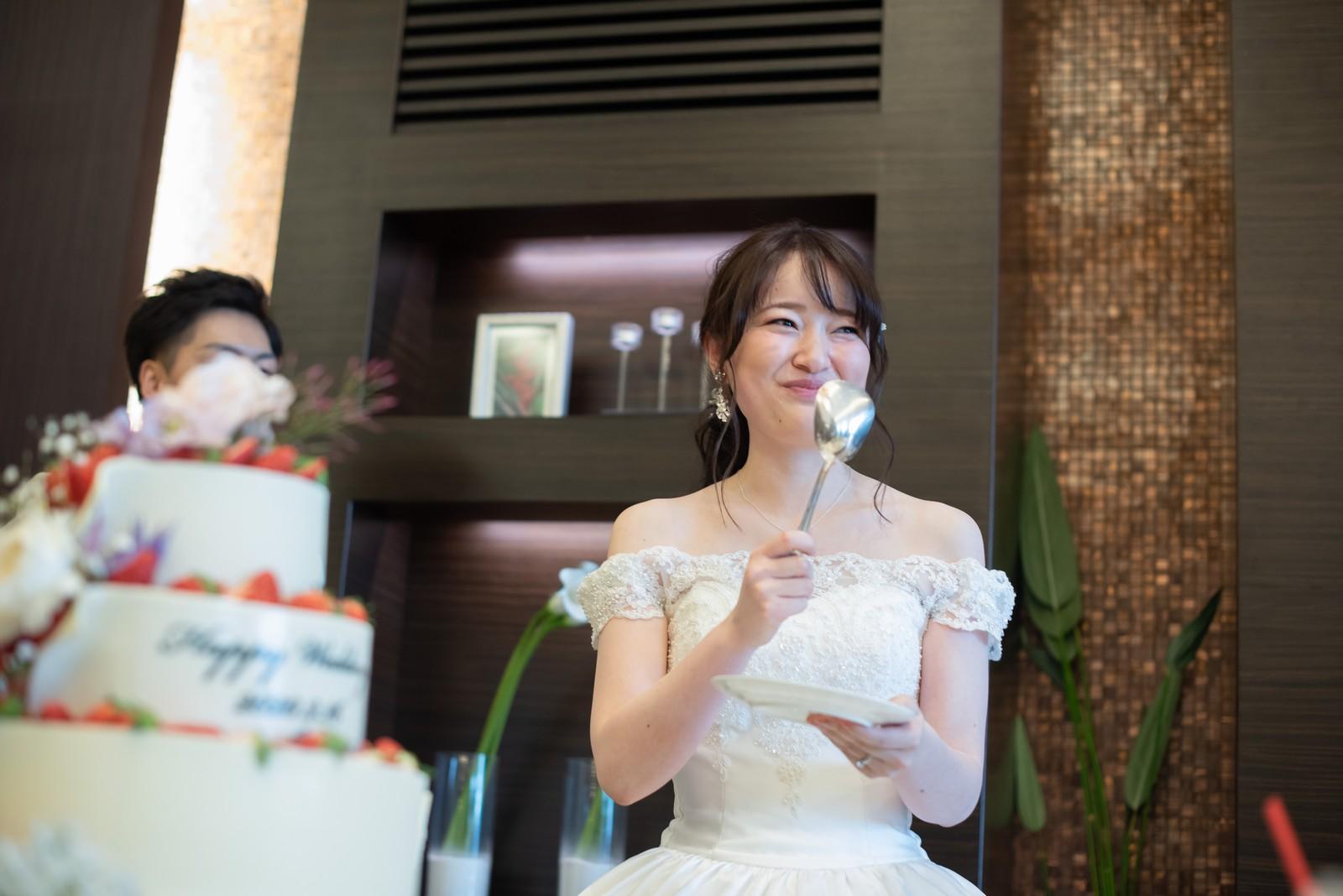 徳島県の結婚式場ブランアンジュでファーストバイトの準備をする新婦