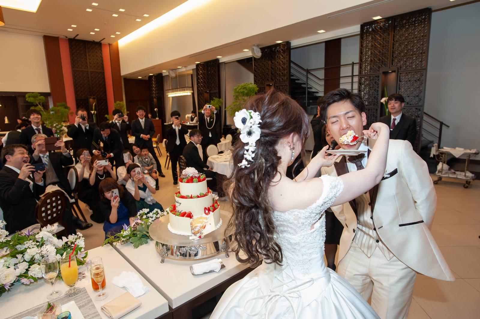 徳島県の結婚式場ブランアンジュでゲストに注目されながらファーストバイト