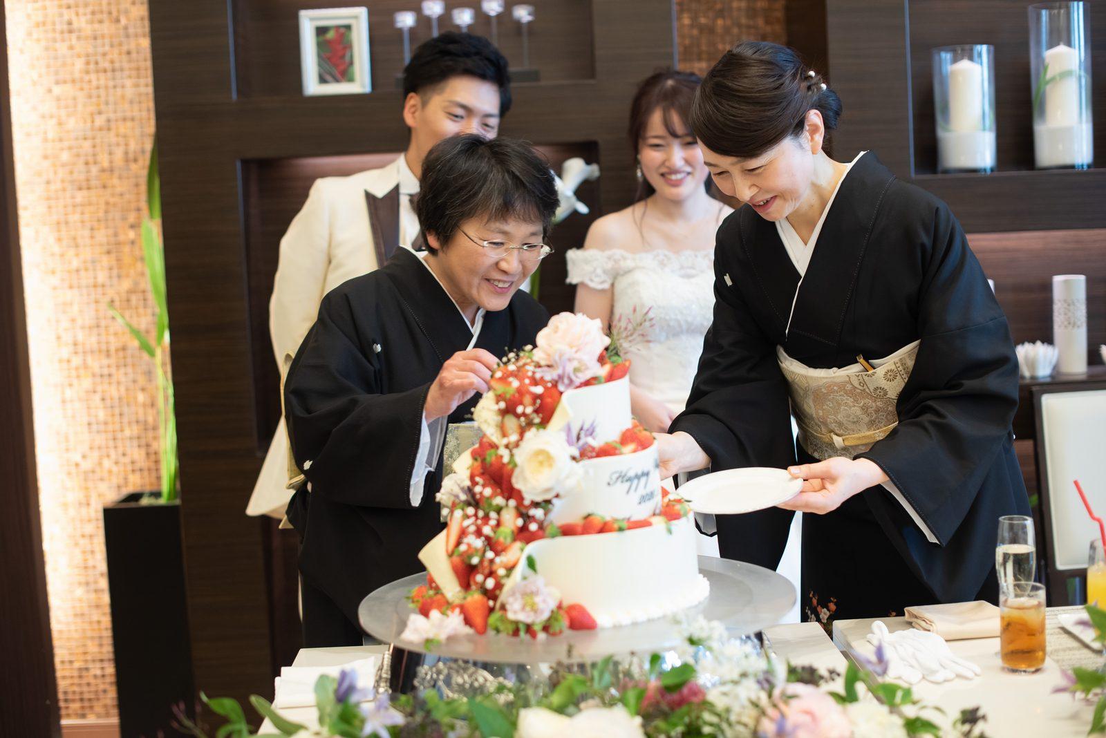 徳島県の結婚式場ブランアンジュの披露宴でラストバイトの準備をする両家母