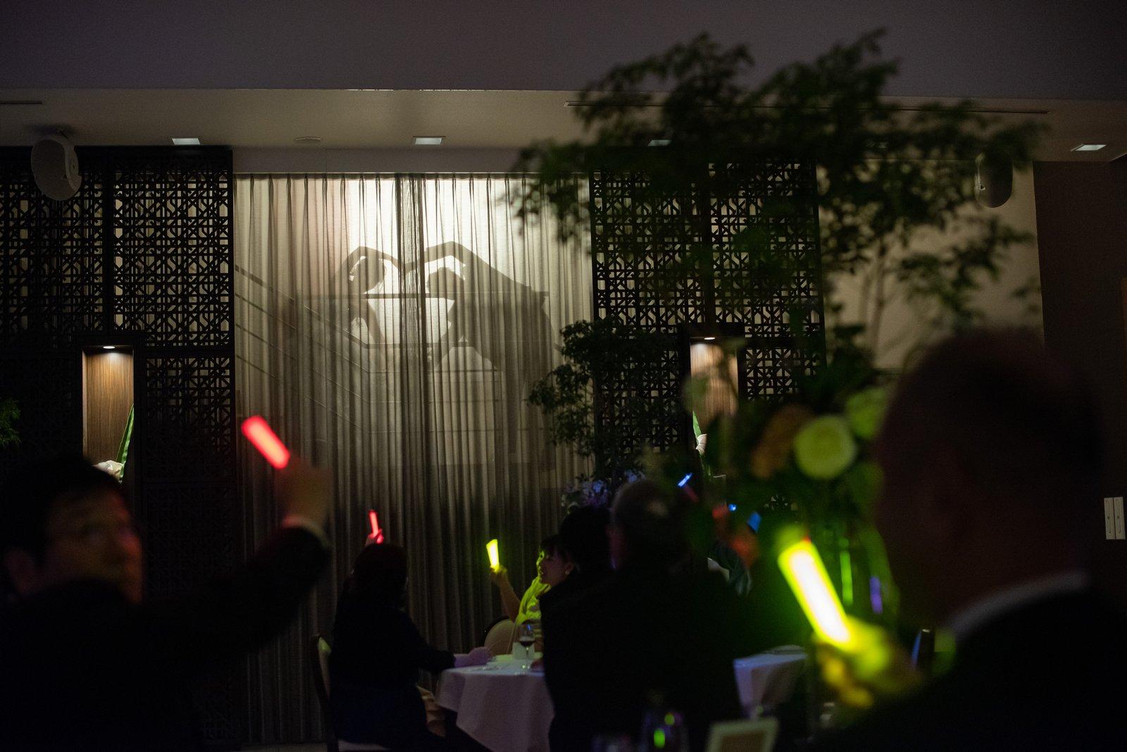 徳島県の結婚式場ブランアンジュの披露宴会場オリエラスイートでシルエット入場をする新郎新婦