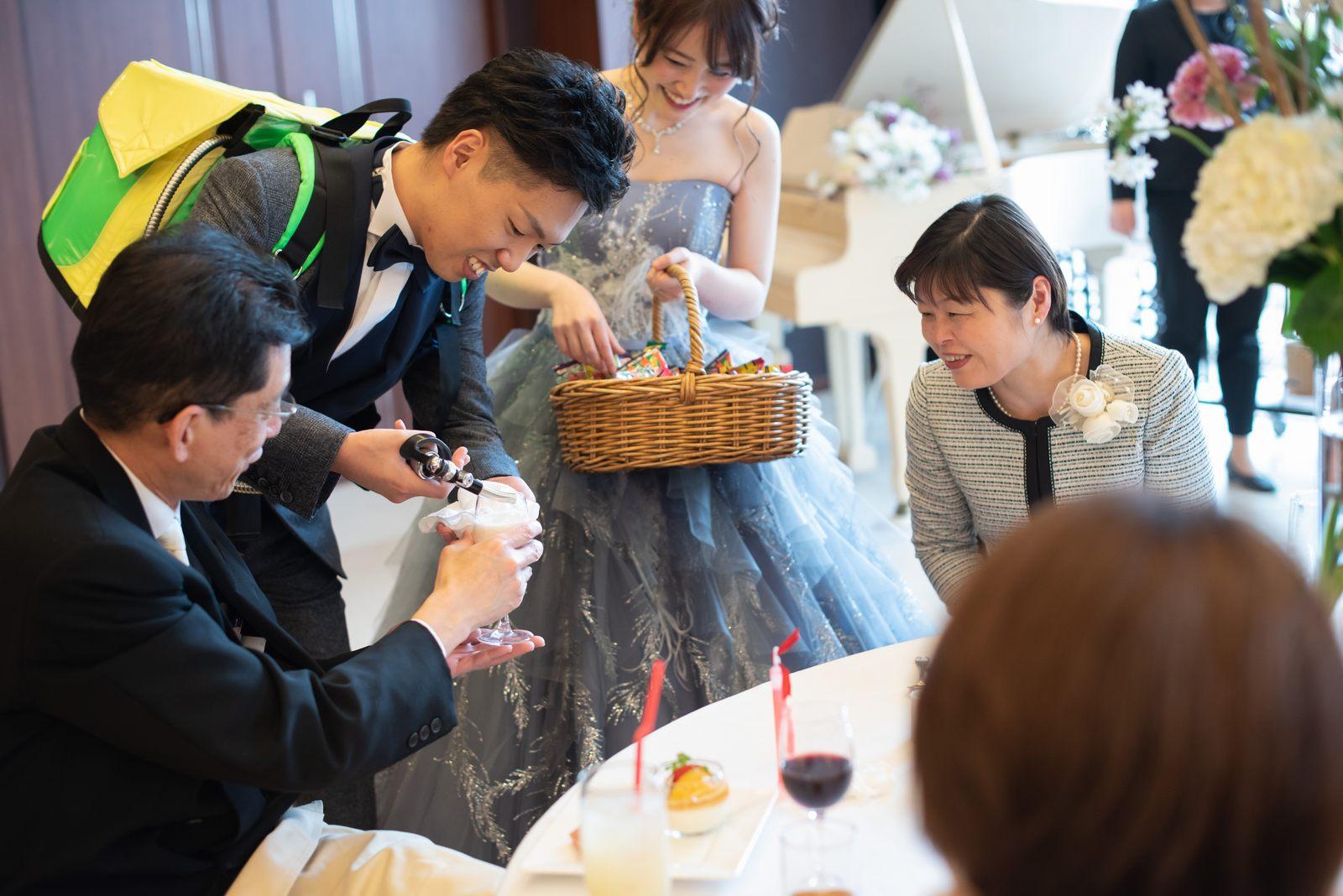 徳島市の結婚式場ブランアンジュの披露宴でビールサーブをする新郎