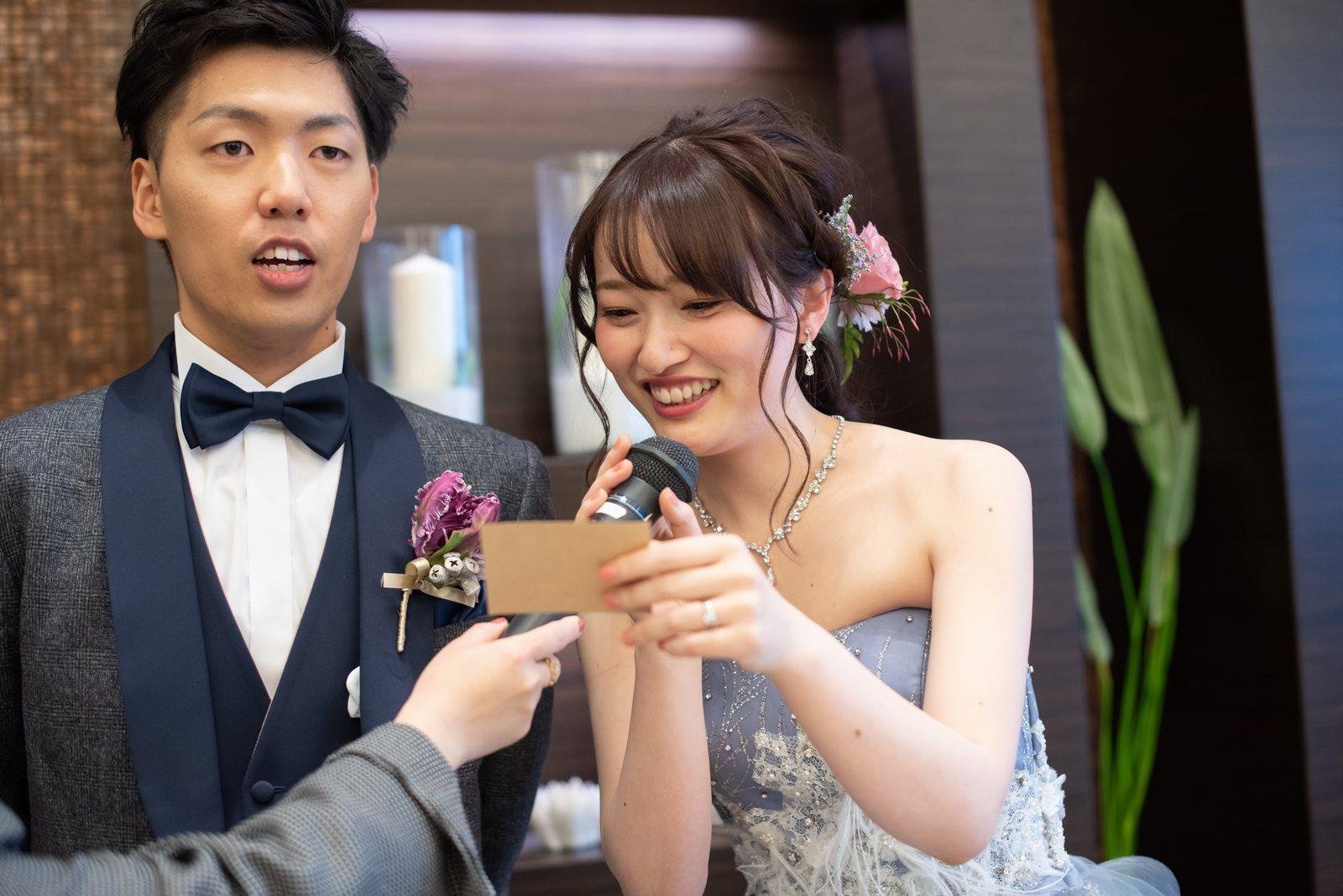 徳島県の結婚式場ブランアンジュの披露宴でカクテルドレス色当てクイズの当選発表をする新婦