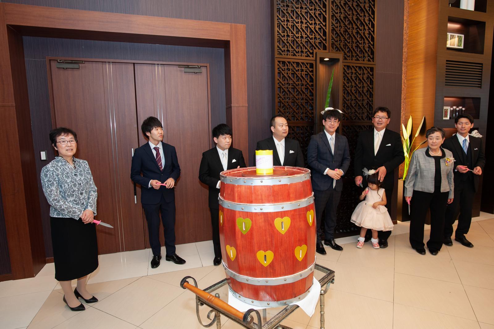 徳島県の結婚式場ブランアンジュの披露宴で樽クラッカーゲームに参加するゲスト