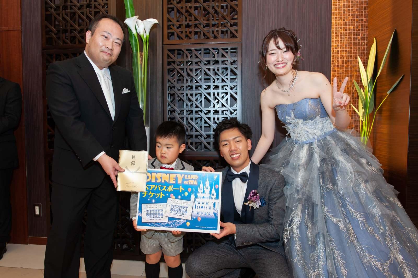 徳島県の結婚式場ブランアンジュの披露宴で樽クラッカーゲームの当たりプレゼントをもらう子ども