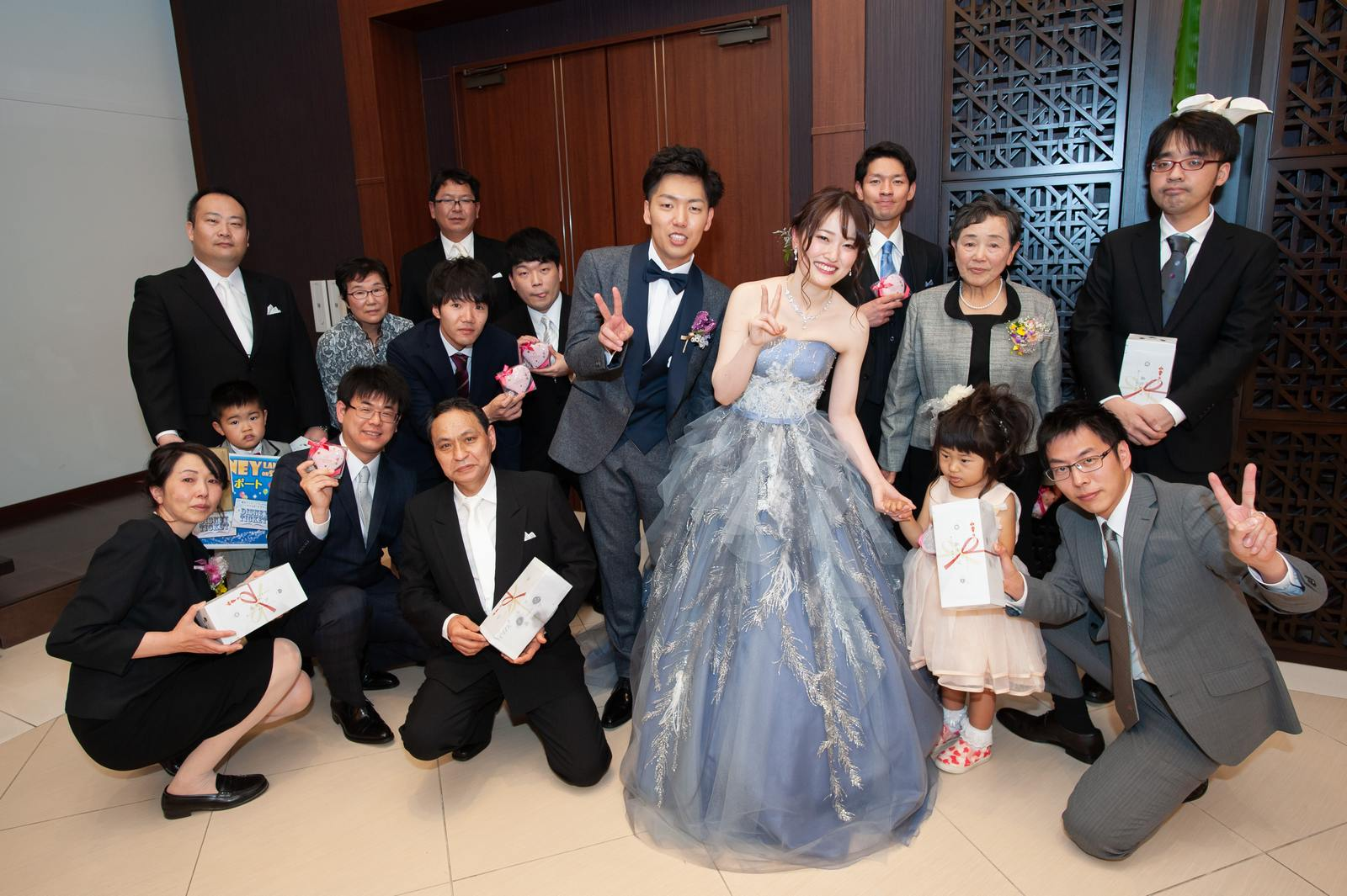 徳島県の結婚式場ブランアンジュの披露宴でゲームに参加してくれたゲストと記念写真