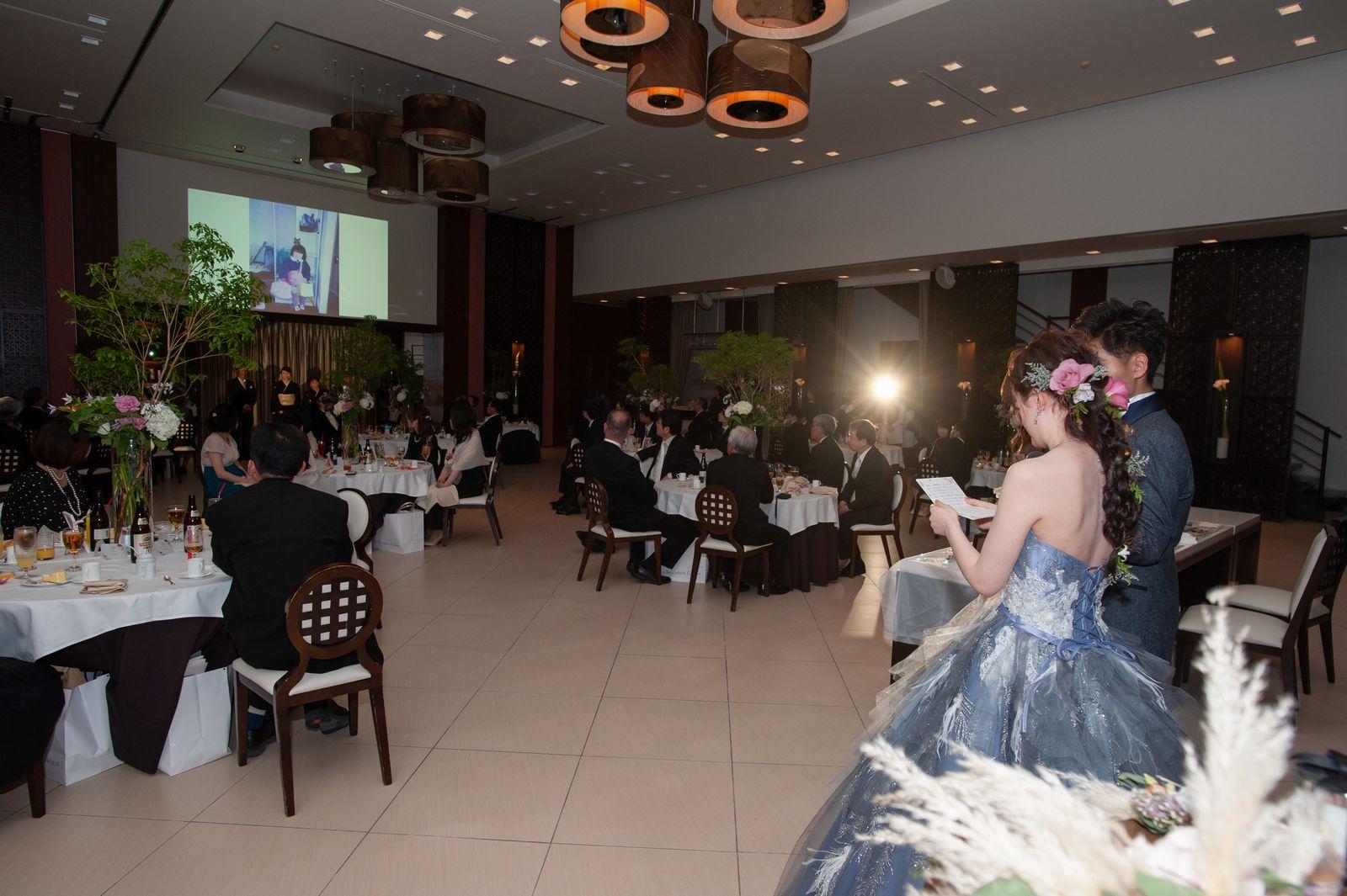 徳島県の結婚式場ブランアンジュで思い出の写真を上映しながら感謝の手紙を朗読する新婦