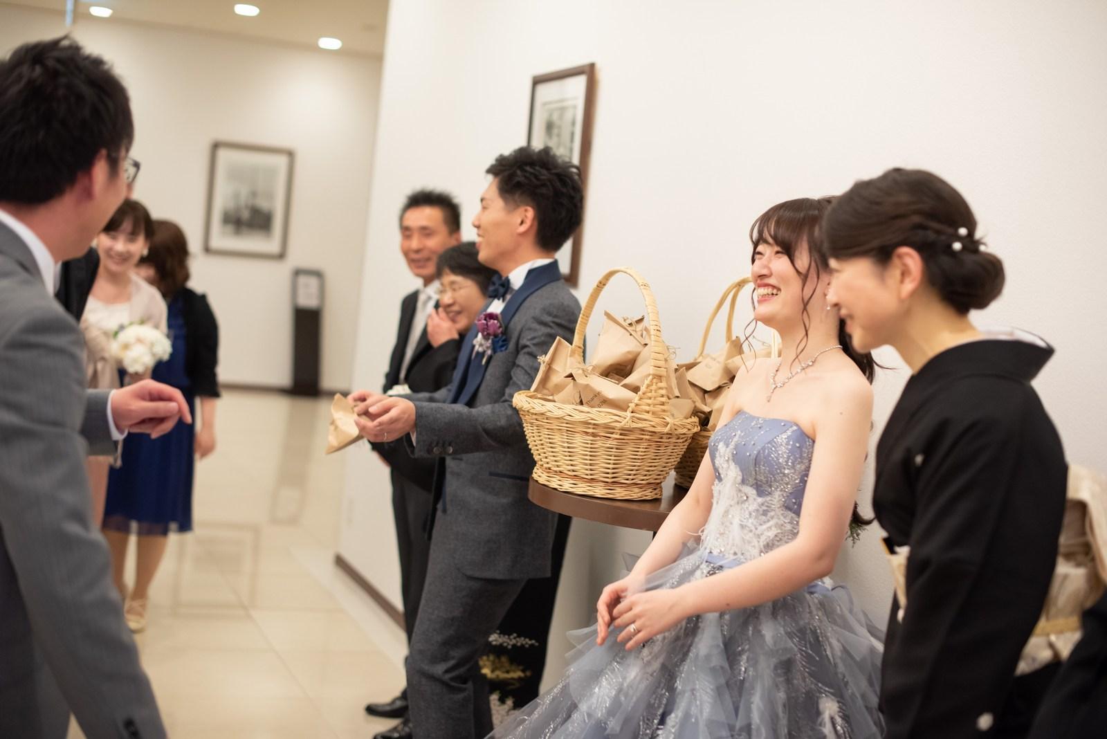 徳島県の結婚式場ブランアンジュでお開き後にゲストを見送る新郎新婦と両親
