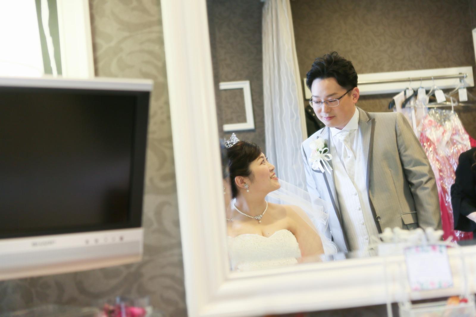 徳島市の結婚式場ブランアンジュで控室で見つめ合う新郎新婦