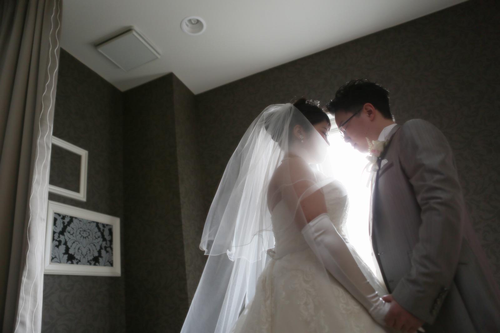 徳島市の結婚式場ブランアンジュで挙式前に写真をとる新郎新婦